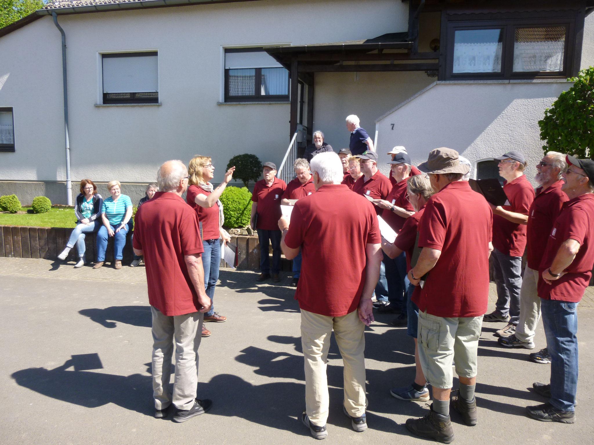 Alfred Müller freut sich mit Zaungästen über unser Geburtstagsständchen.