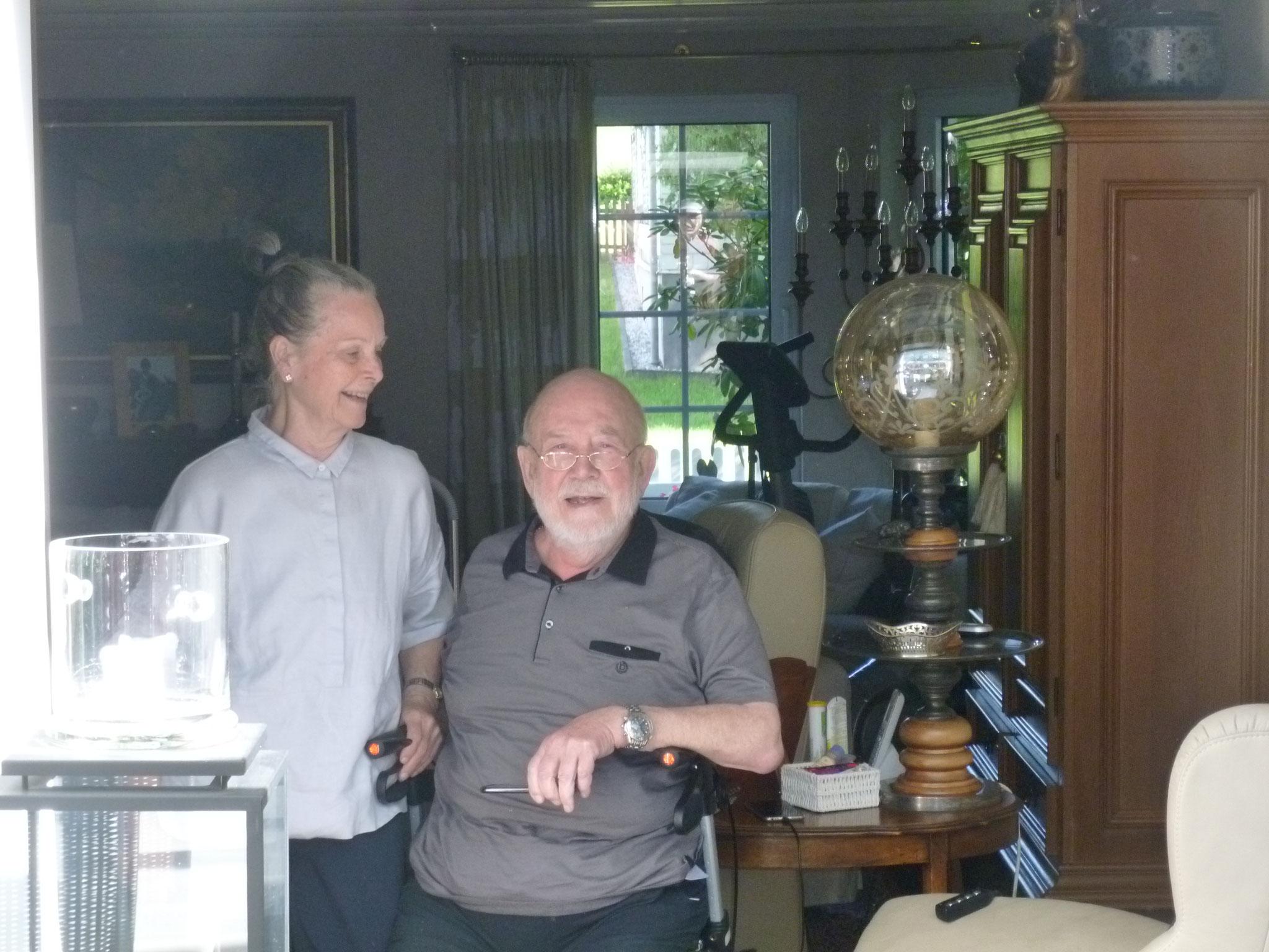 MGV-Gönner Brigitte und Georg freuen sich über unsere musikalischen Grüße