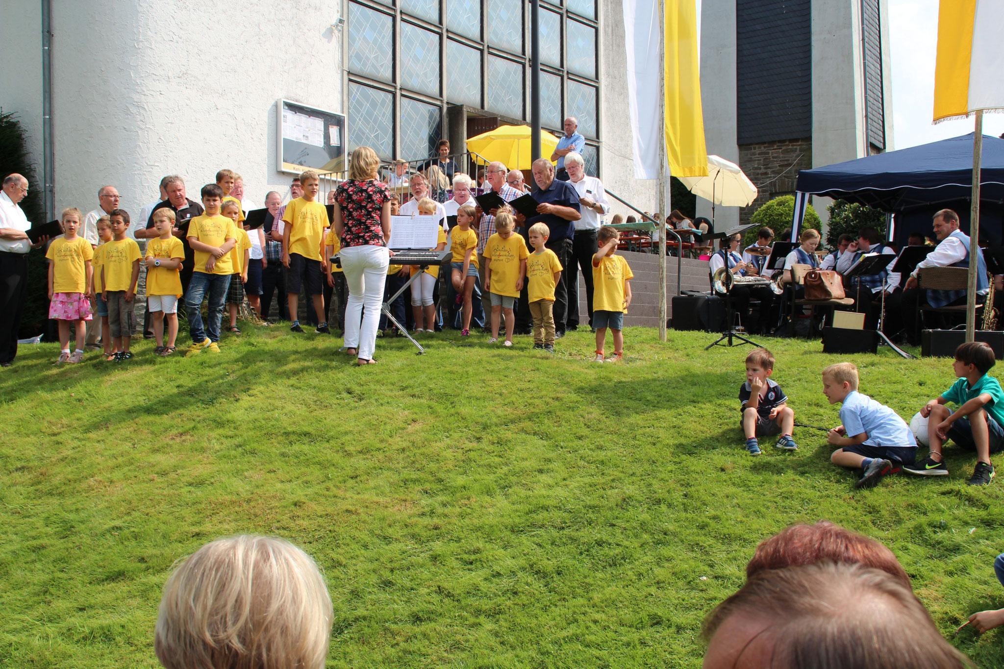 """Kinder- und Männerchor, eine Sängerfamilie. Stefan Hehl folgt staunend dem Vortrag der Chorgemeinschaft: """"Ich wollte nie erwachsen sein."""""""