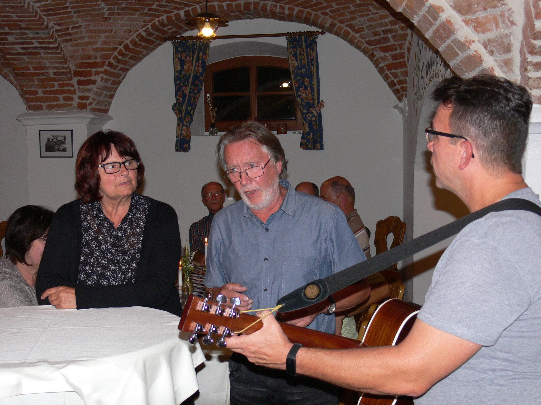 Darf auf keiner MGV - Fete fehlen: Das Burgenländische Volkslied vom unglücklichen Franzl auf Brautsuche. Waltraud und Helmut bei der Aufführung.