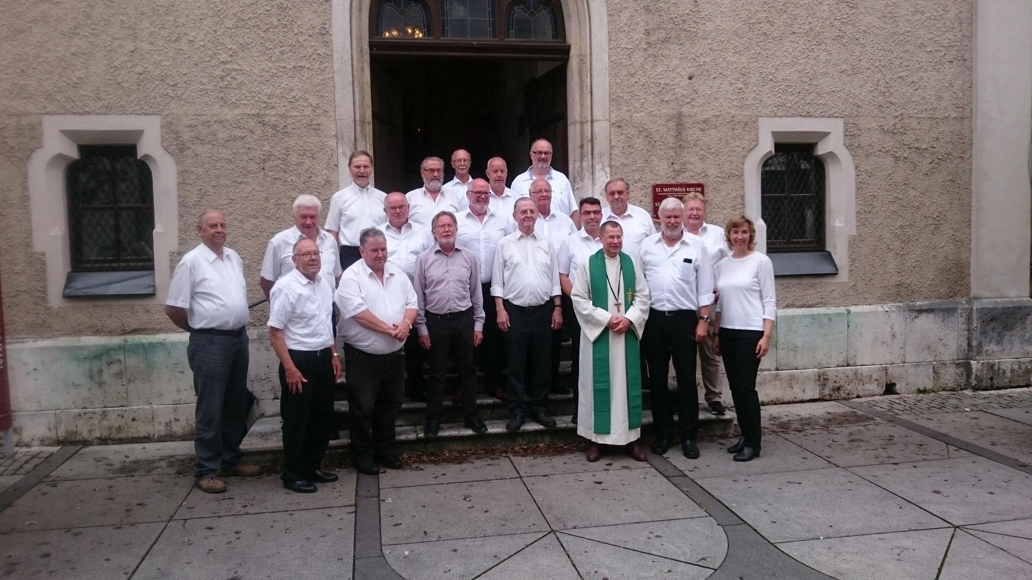 Nach dem Gottesdienst noch ein Erinnerungsfoto mit Herrn Pfarrer Michalik.