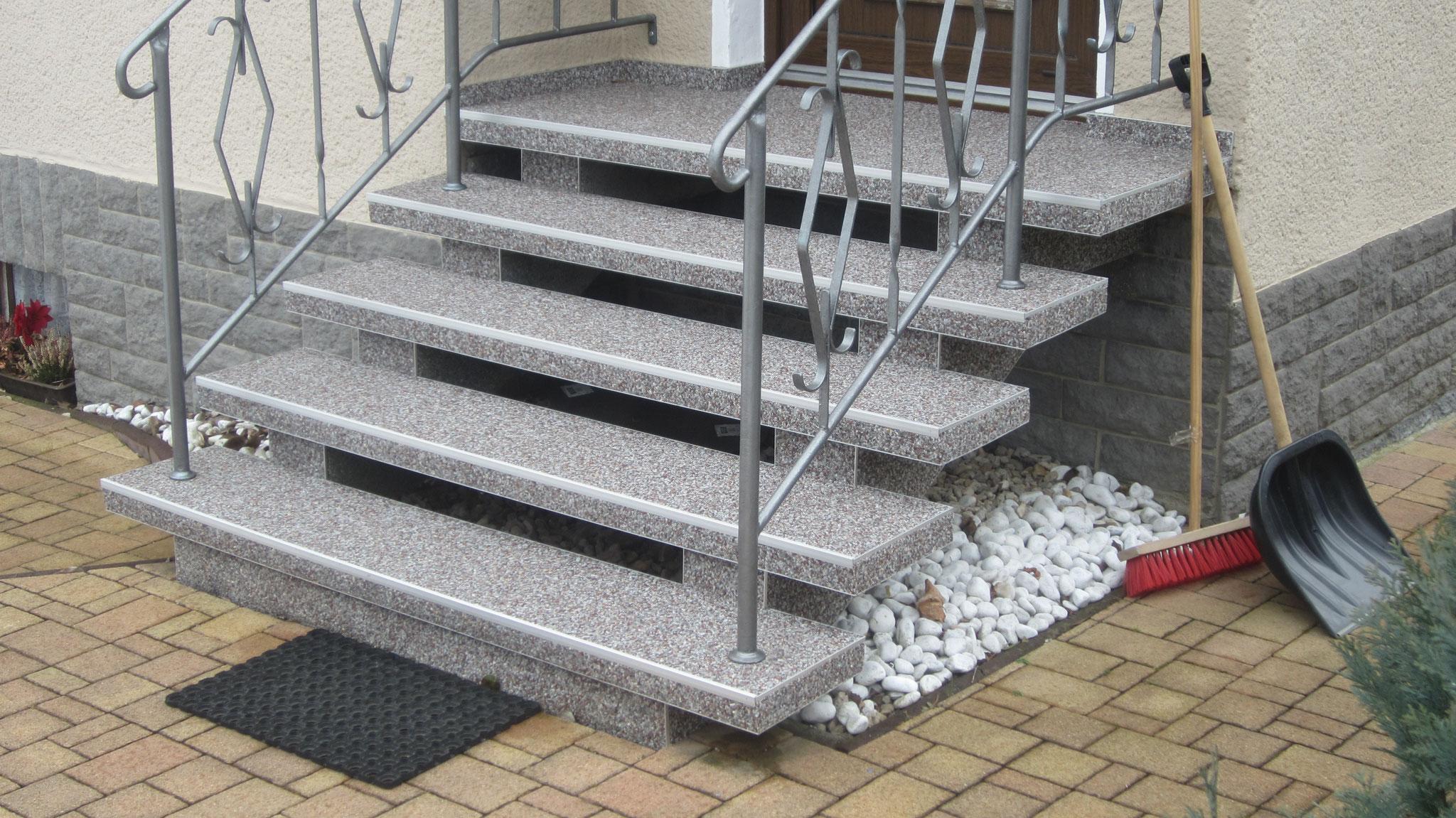 immer beliebt freitragende Treppen mit Steinteppich