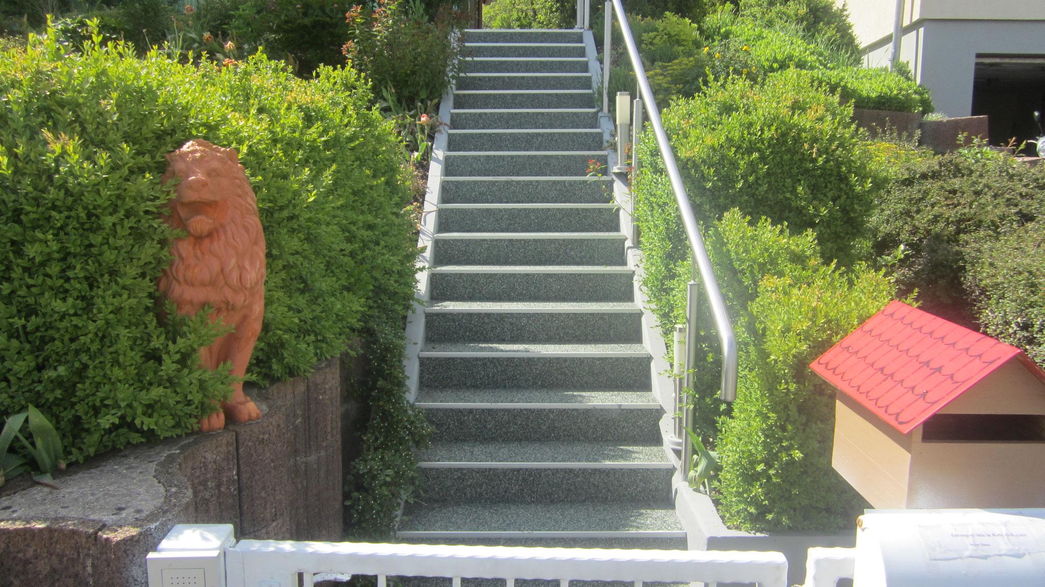 20 Stufen ohne Podest rutschsicher mit Steinteppich alpi verde
