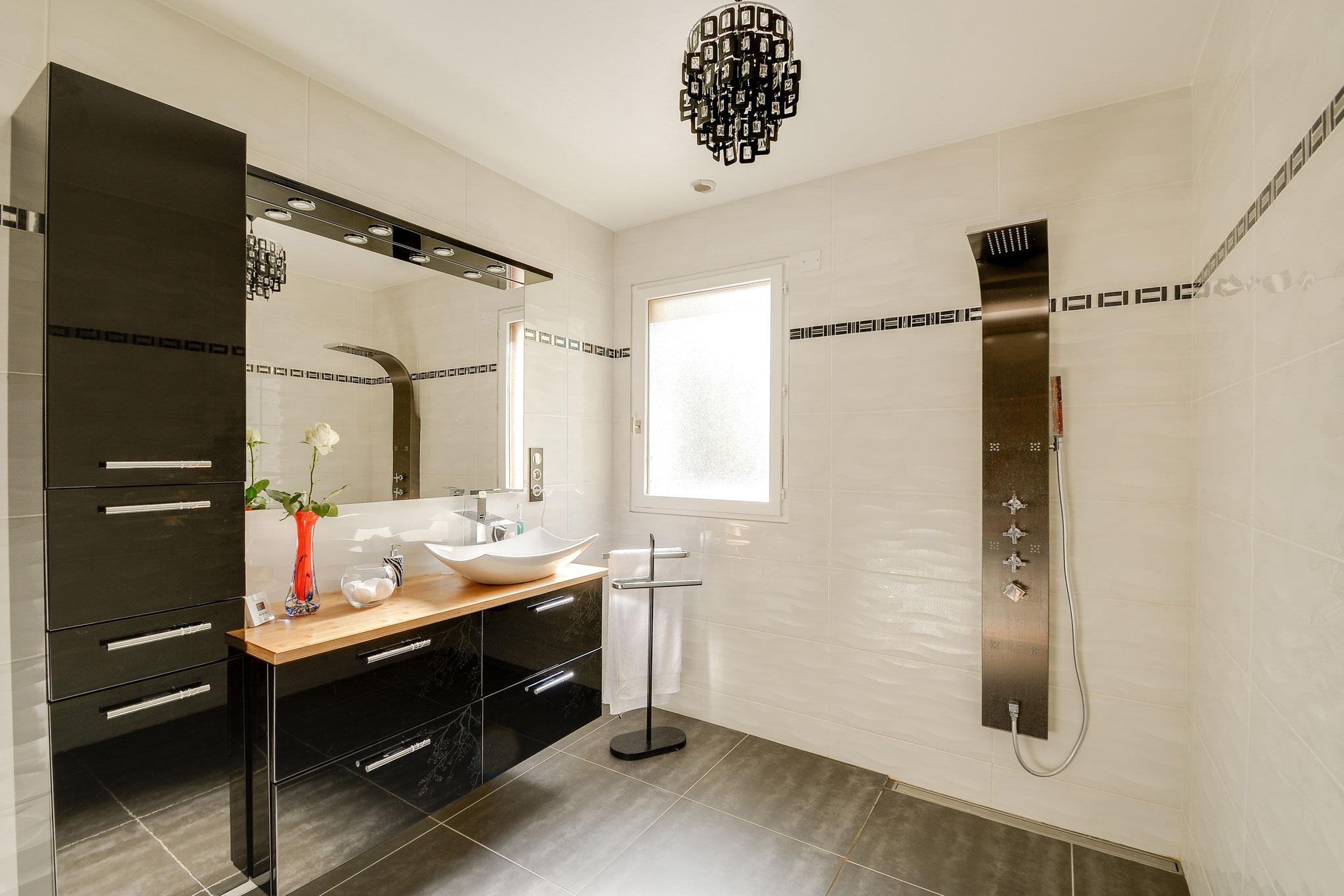 salle de douche noir et blanc