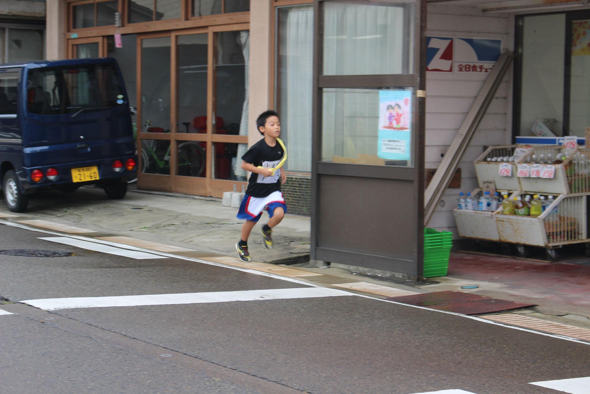 華の3区を走る小学生チーム♪