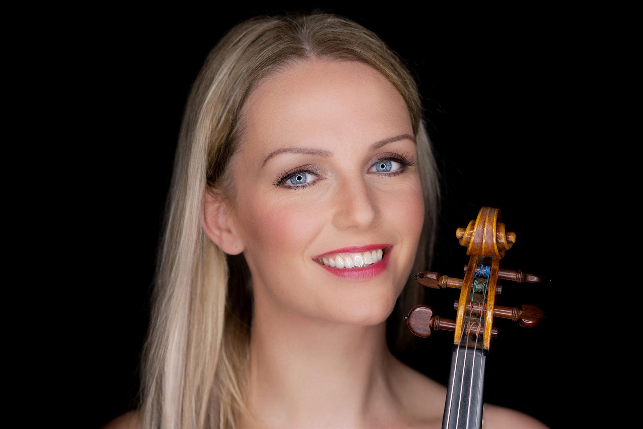 """""""Anja hat sich im Vorfeld und auch während der Veranstaltung sehr professionell und freundlich verhalten. Sie ging auf unsere Wünsche ein und auch unsere Gäste waren von Ihrem Auftritt und Können absolut begeistert. Jeder der eine famose Violinistin sucht - Eure Suche ist beendet."""""""