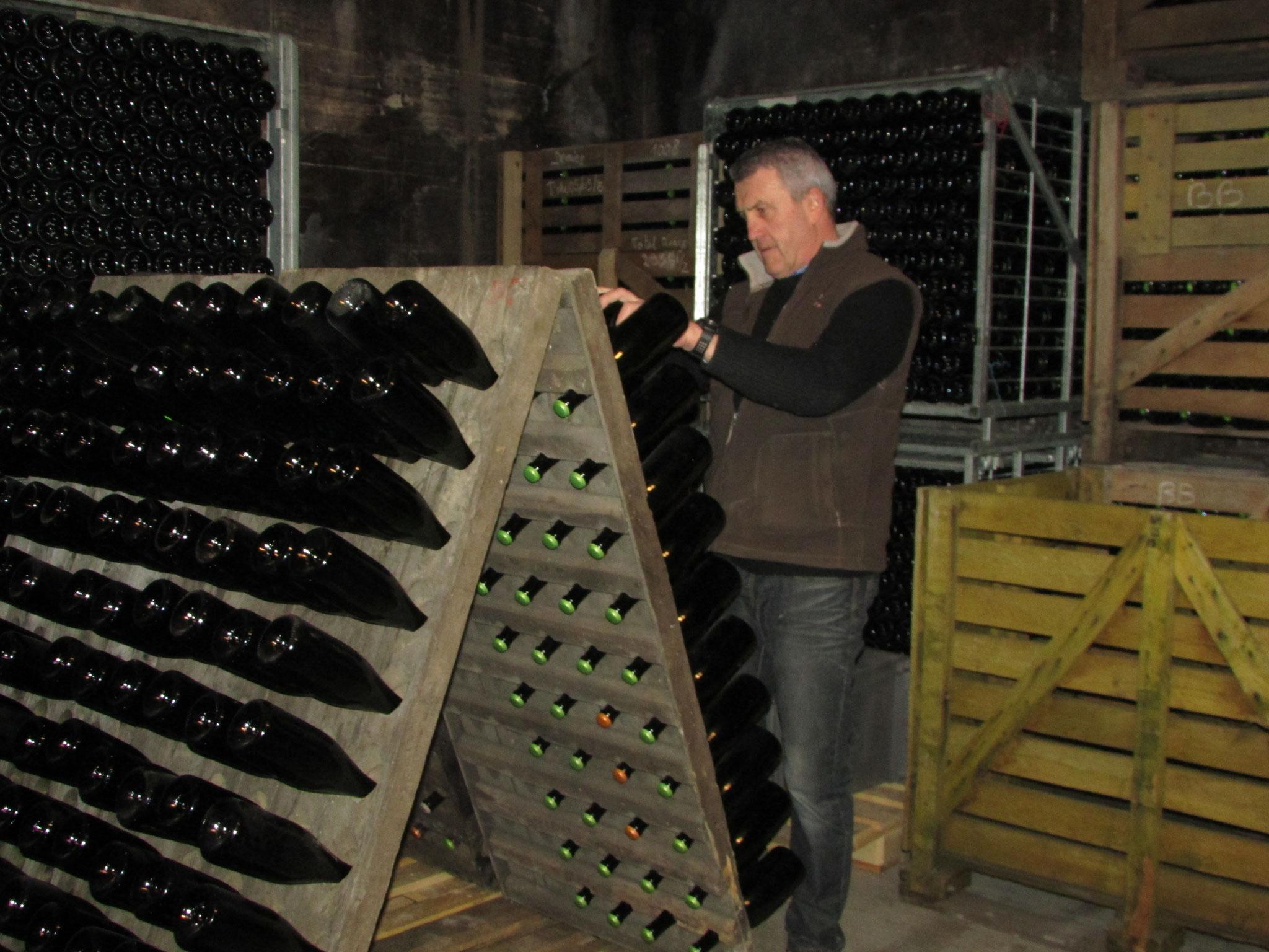 La rotation des bouteilles de façon traditionnelle pour les cuvées spéciales