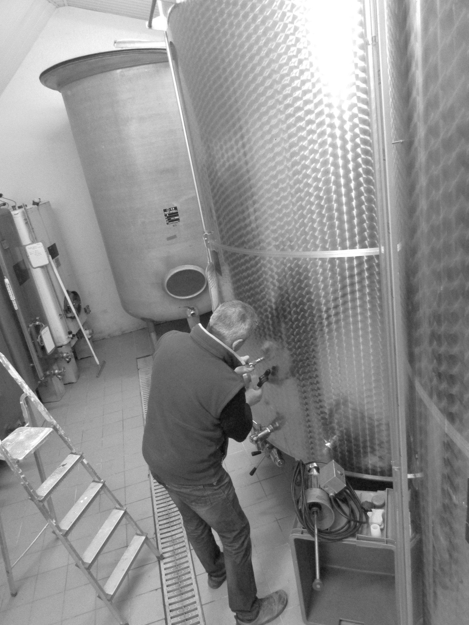 Les vins restent dans la cuverie avant le tirage