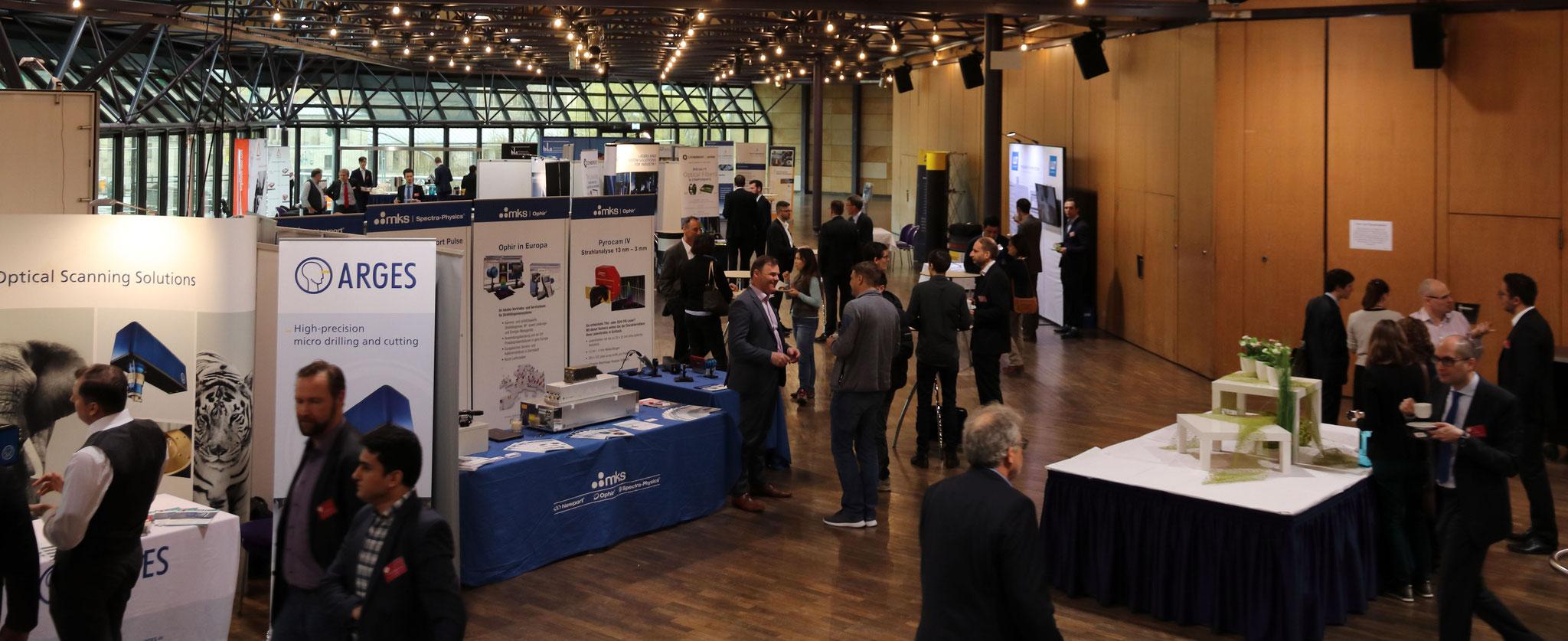 Kaffeepause in der begleitenden Industrieausstellung – Seminarteilnehmer, Referenten und Aussteller im Gespräch