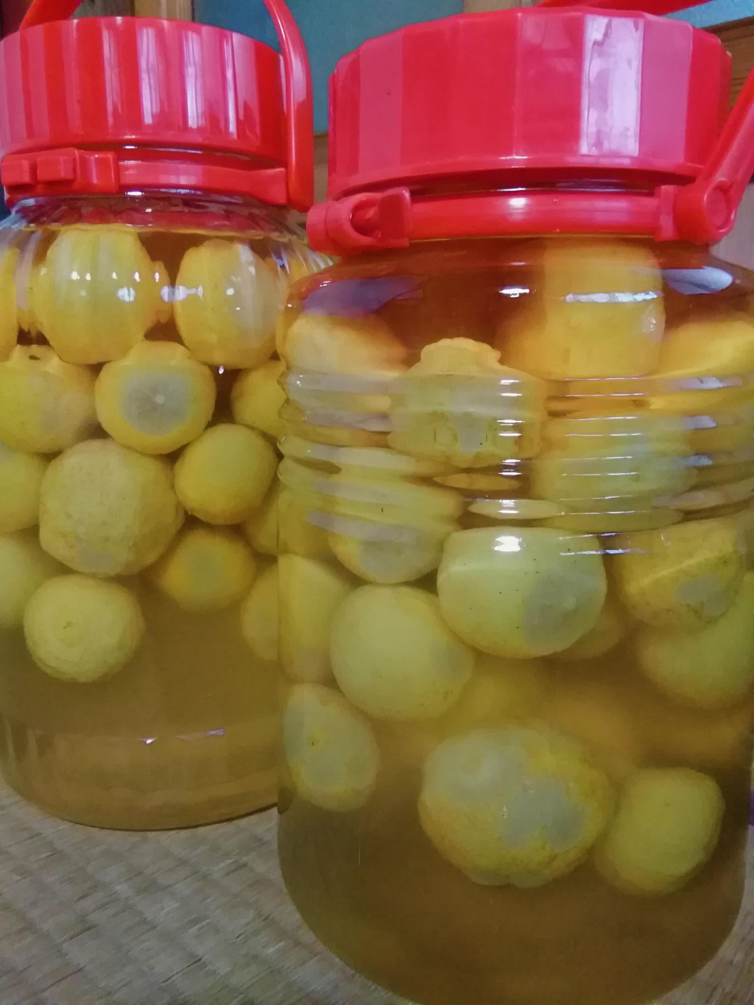 丸ごと柚子のシロップ漬け。リンゴ酢入り。季節に合わせて炭酸水や熱湯を入れ、実ごといただきます。