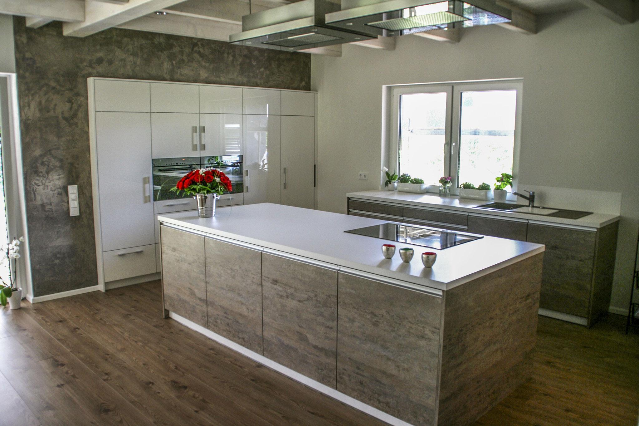 Einbauküche in Steinoptik und Hochglanz