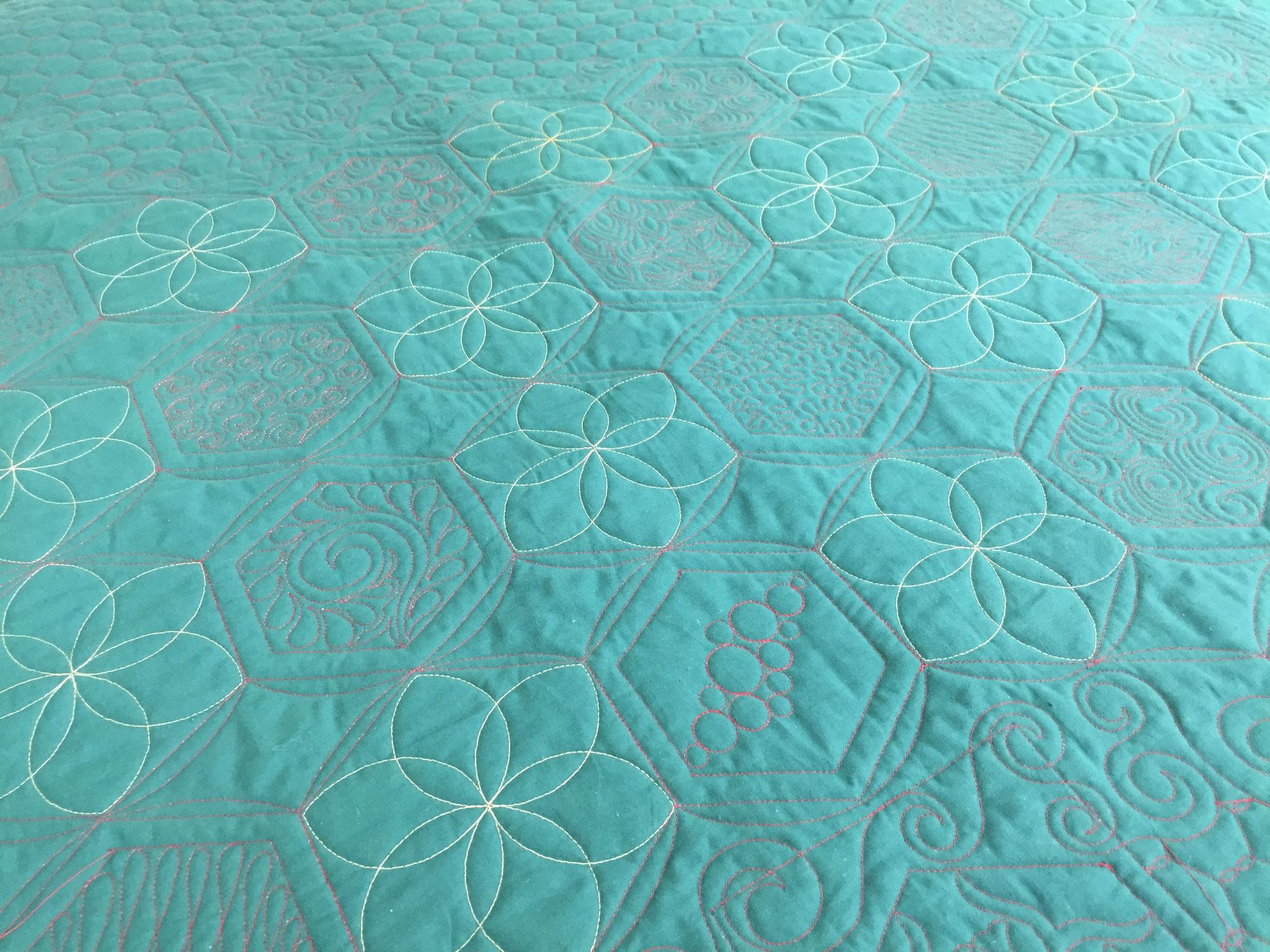 Le dos du quilt, en tissu uni, fait ressortir tout le travail de quilting.