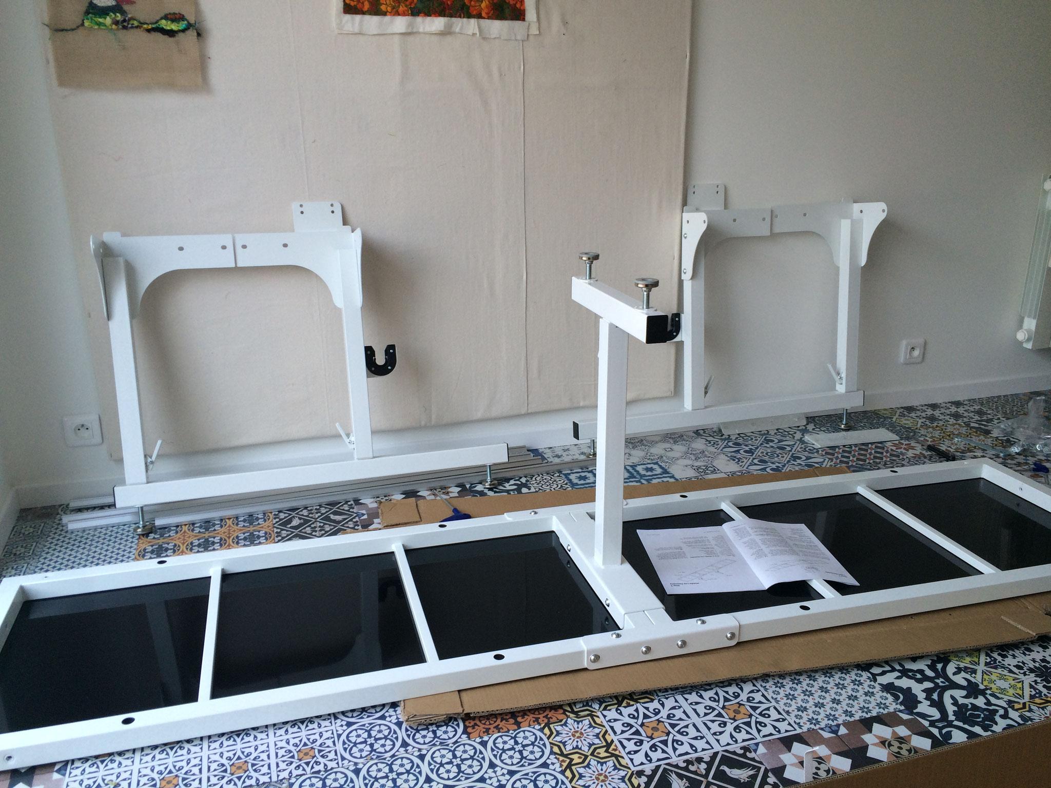 Le début du montage de la long arm de l'atelier Le Quilt émoi.  Assemblage des pieds avec la table.
