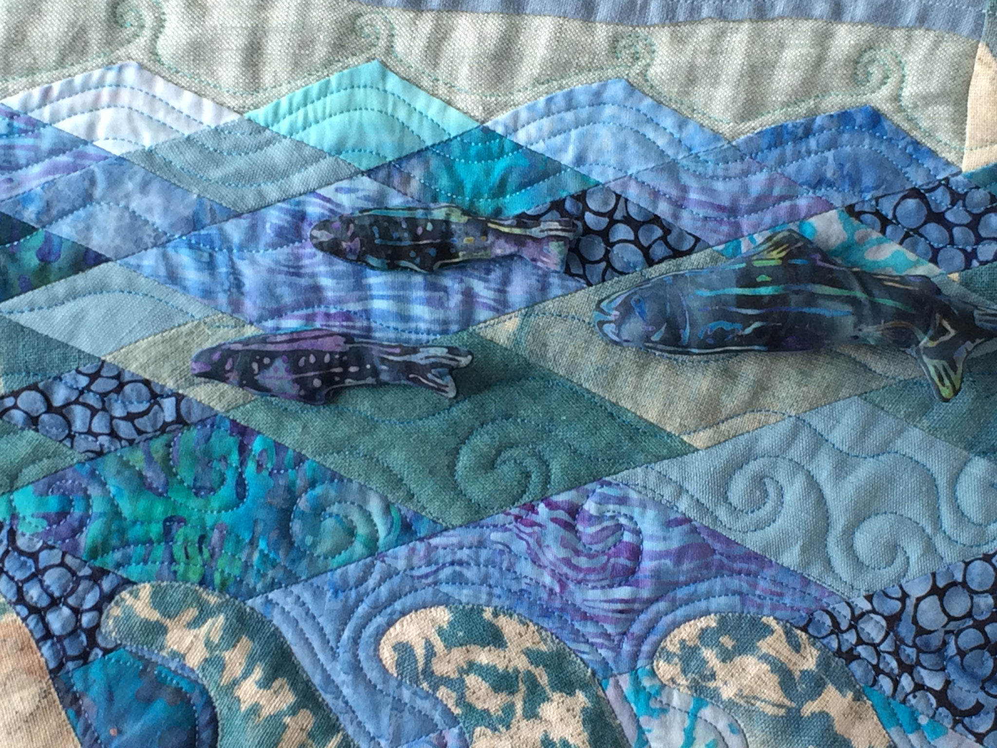 Couture des poissons sur le quilt.