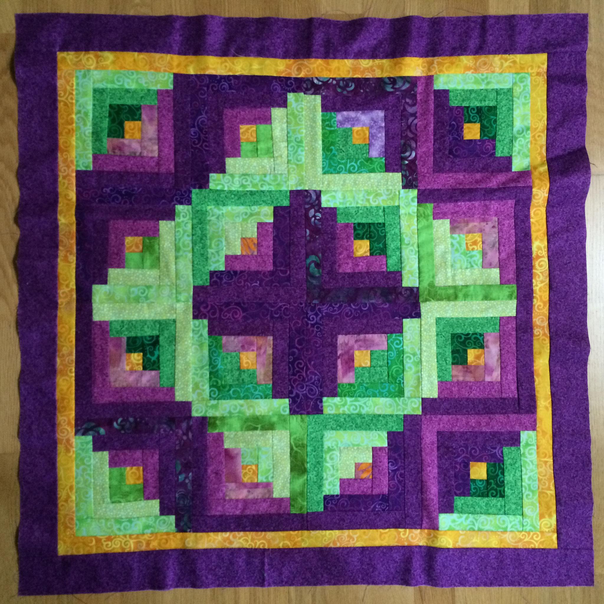 Voici le patchwork à quilter : un très joli log cabin, fait par une amie pour une amie commune.