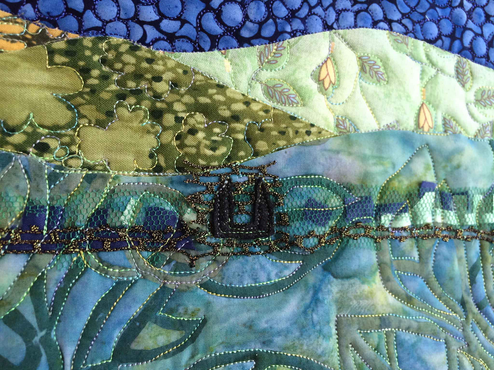 Je choisis un tissus à grands motifs pour les champs et je quilte le contour des motifs. Souvent des feuilles ou des fleurs.