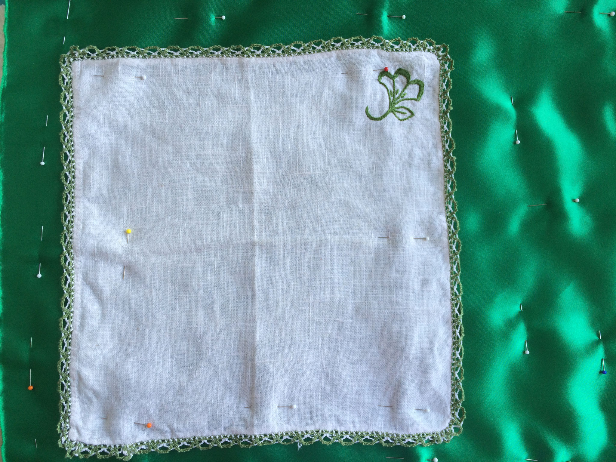 Disposition du mouchoir sur le satin et épinglage pour fixation machine - atelier LE QUILT émoi
