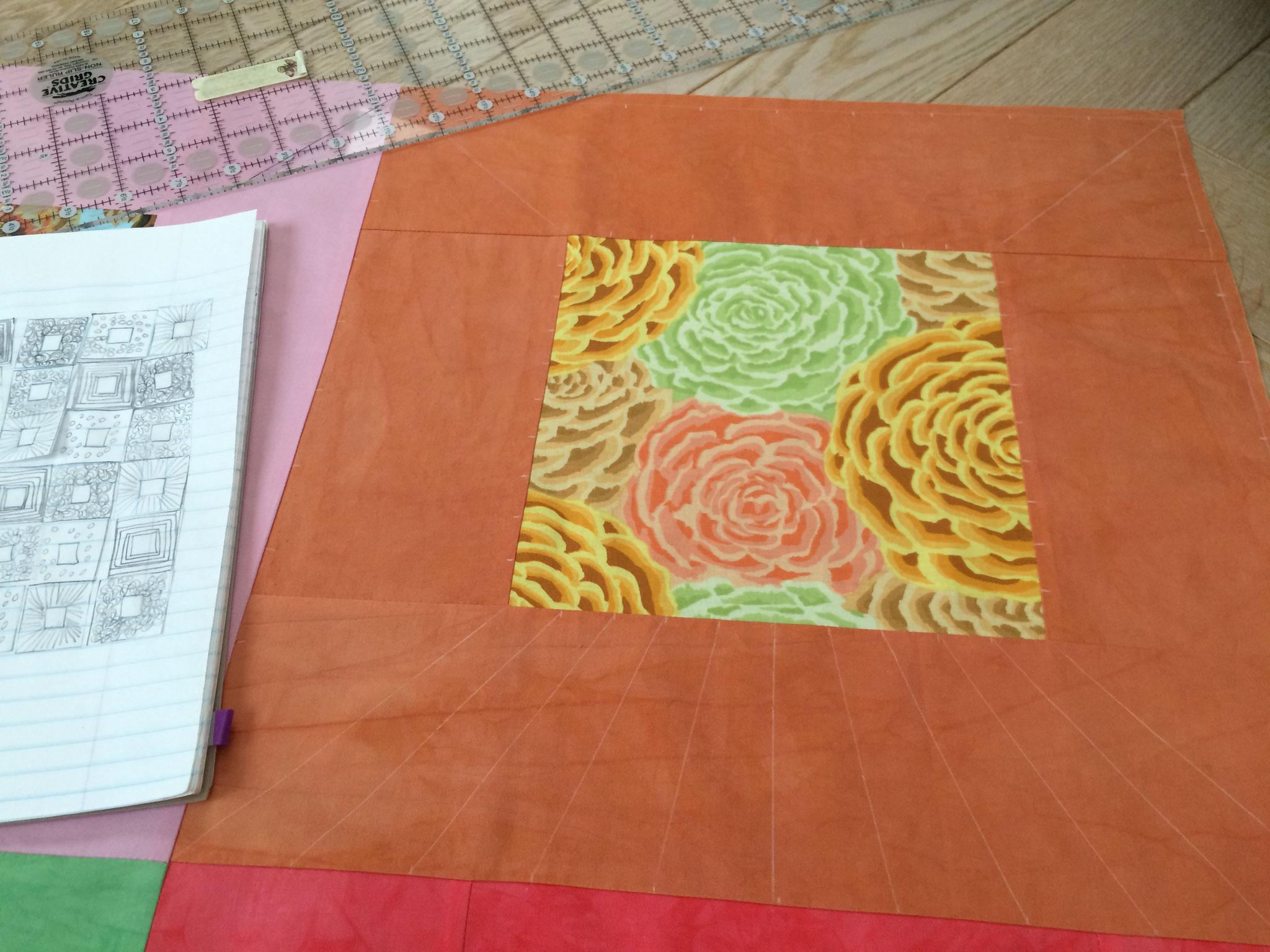 Quilting à l'atelier LE QUILT émoi : de belles fleurs Kaffe Fassett dans des cadres de tissu uni.