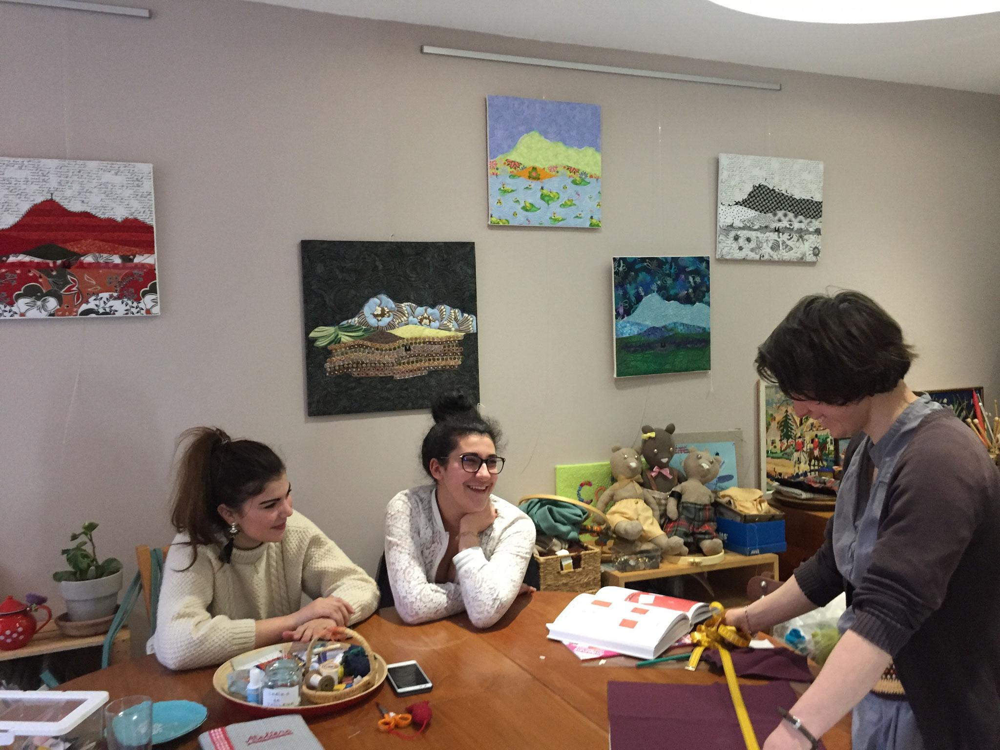 """Installation des grands tableaux """"Chaîne des Puys"""" sur les murs pendant que les jeunes cousent !"""