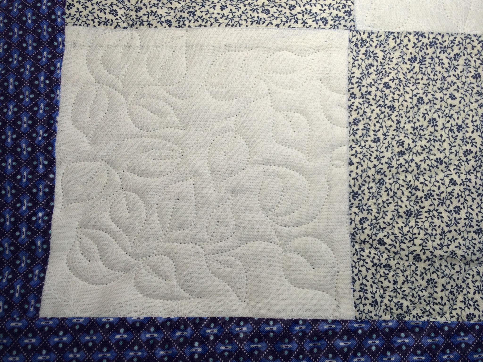 Inspirée par les carrés blancs, j'ai commencé par ceux-ci, feuilles et cailloux.