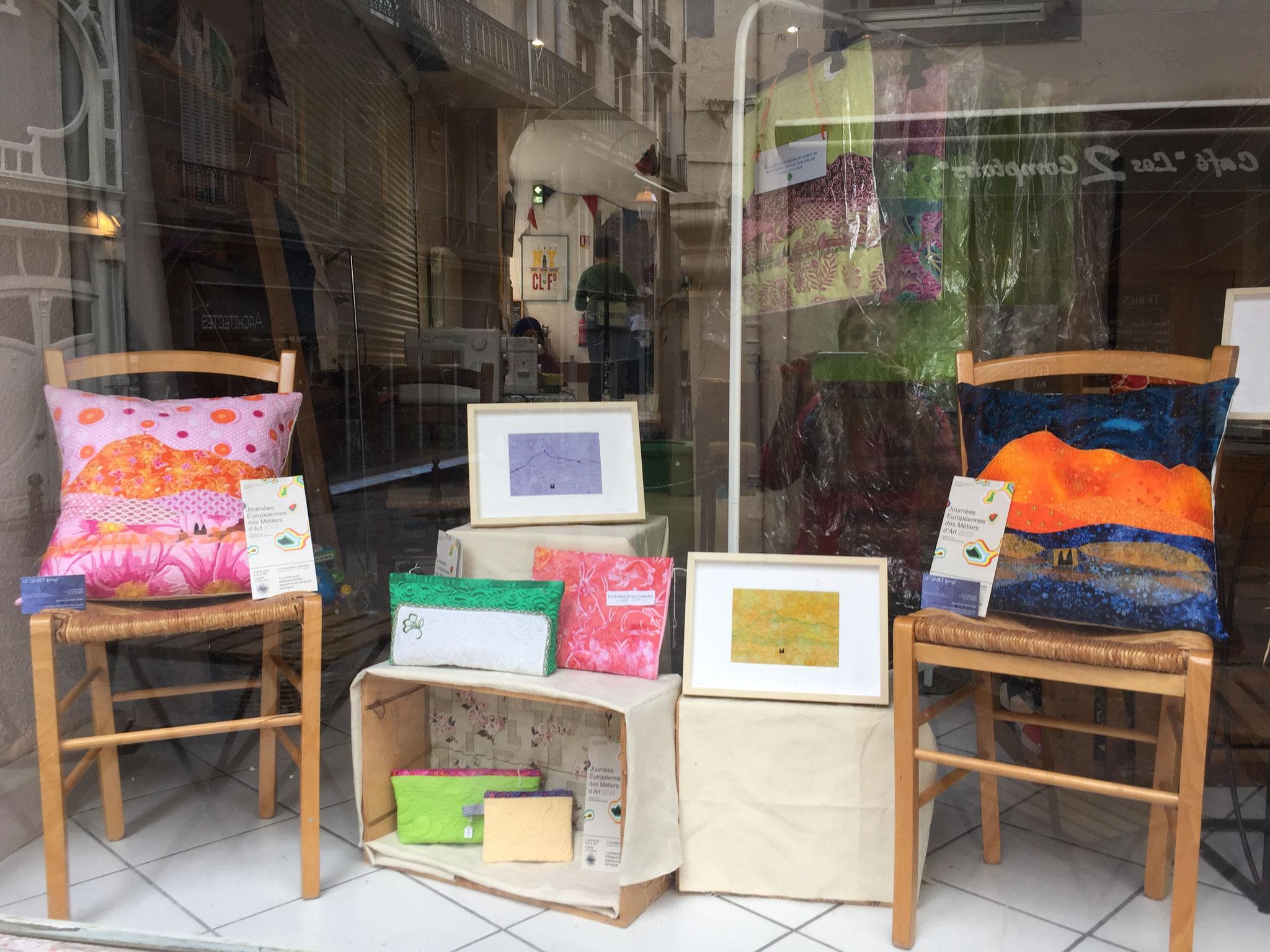 Dans l'autre vitrine : coussins, petits tableaux...