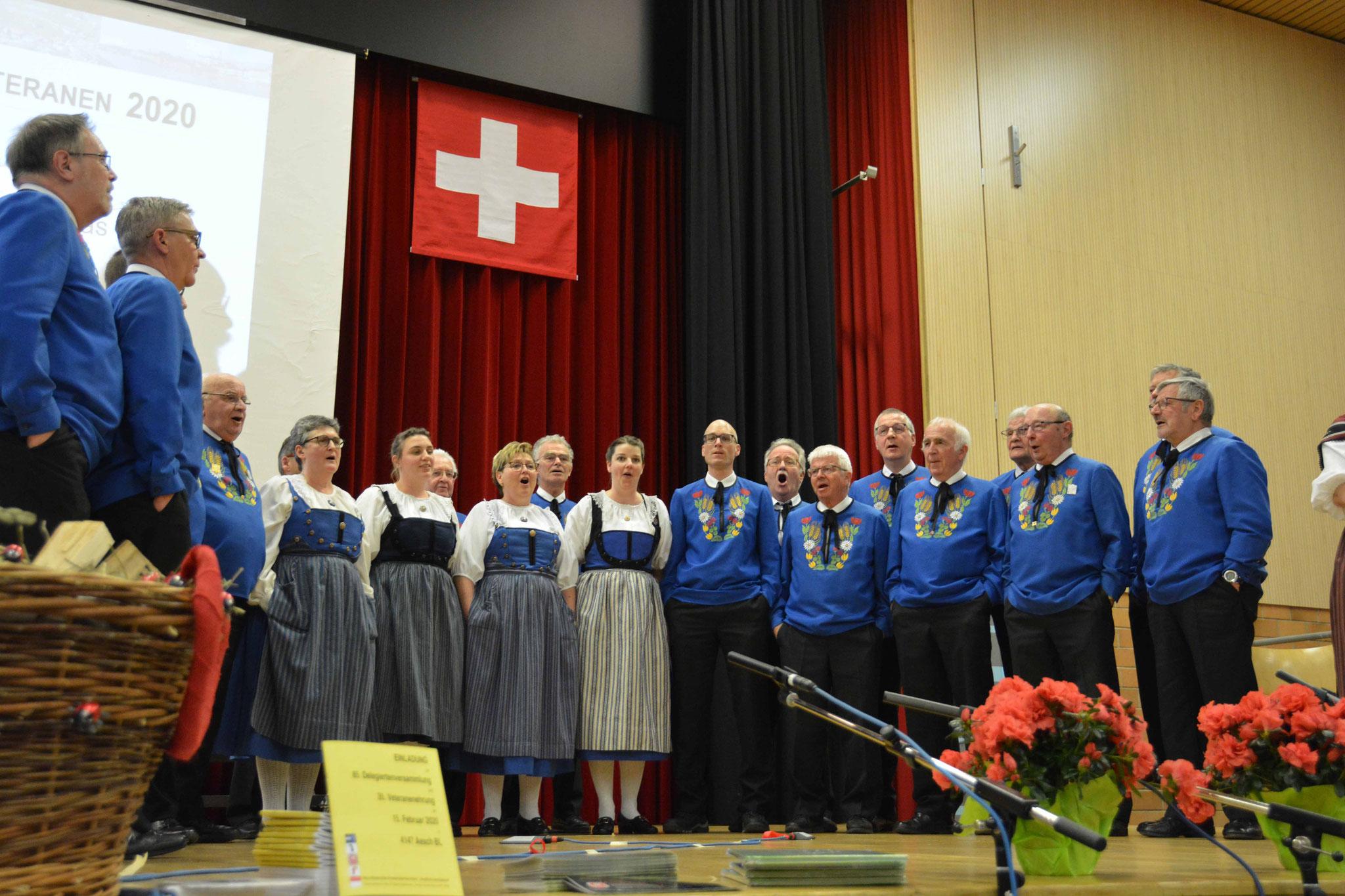 Der Jodlerklub singt zu Ehren seines Dirigenten.