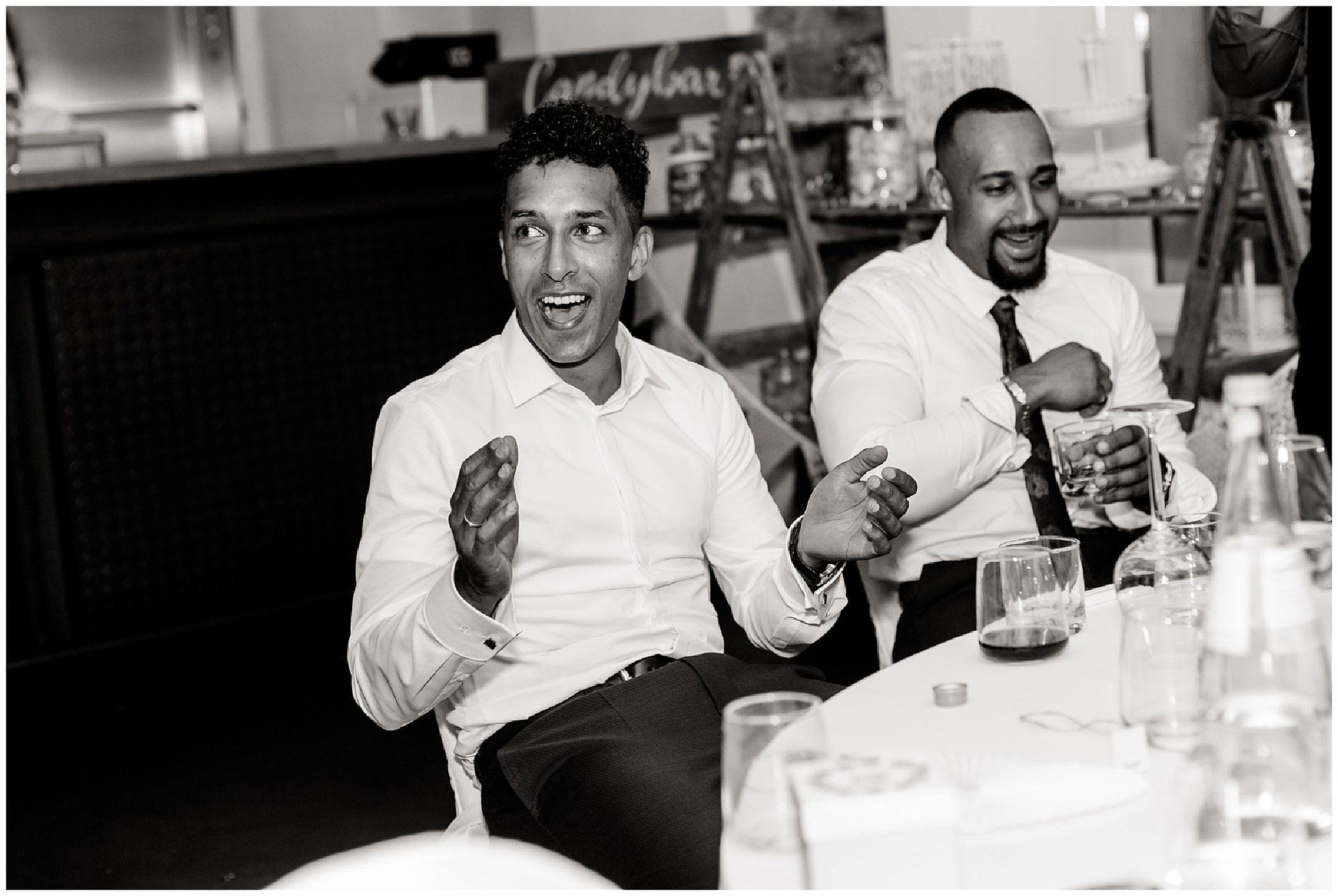 Bräutigam lacht und klatscht hochzeitsfotograf Engelskirchen industrial chic hochzeit fine art wedding Galerie Hammerwerk jane weber
