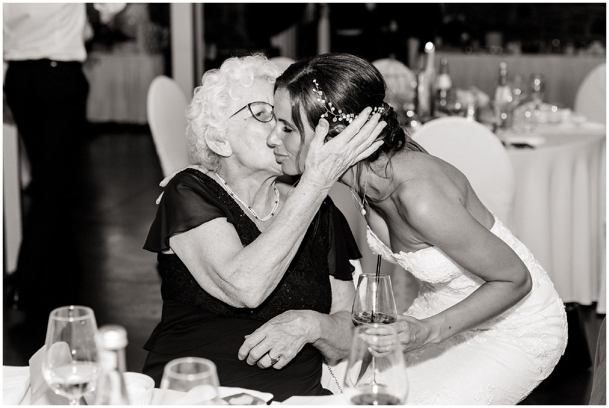 Oma küsst braut hochzeitsfotograf Engelskirchen industrial chic hochzeit fine art wedding Galerie Hammerwerk jane weber
