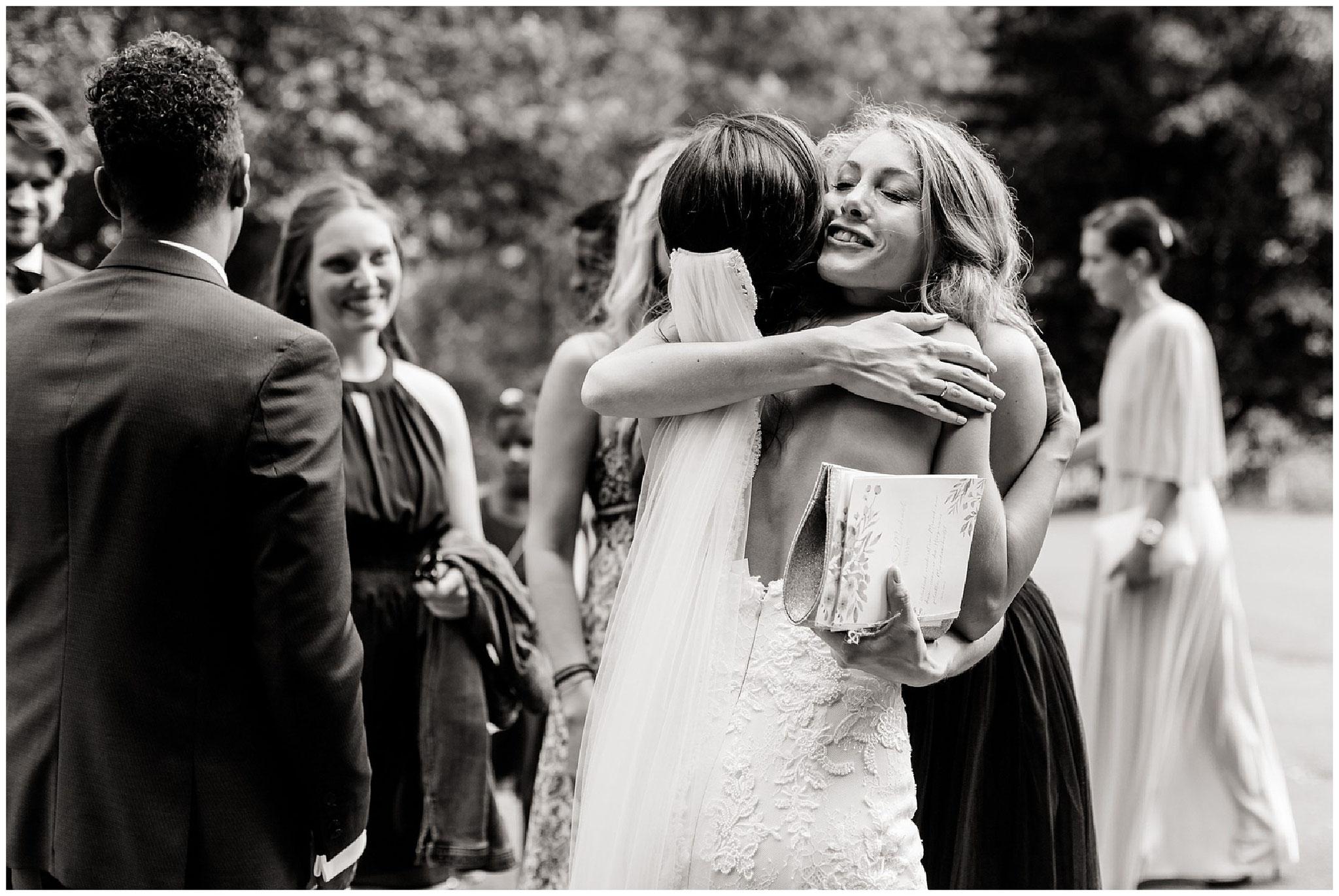 Trauzeugin umarmt braut hochzeitsfotograf Engelskirchen industrial chic hochzeit fine art wedding Galerie Hammerwerk jane weber