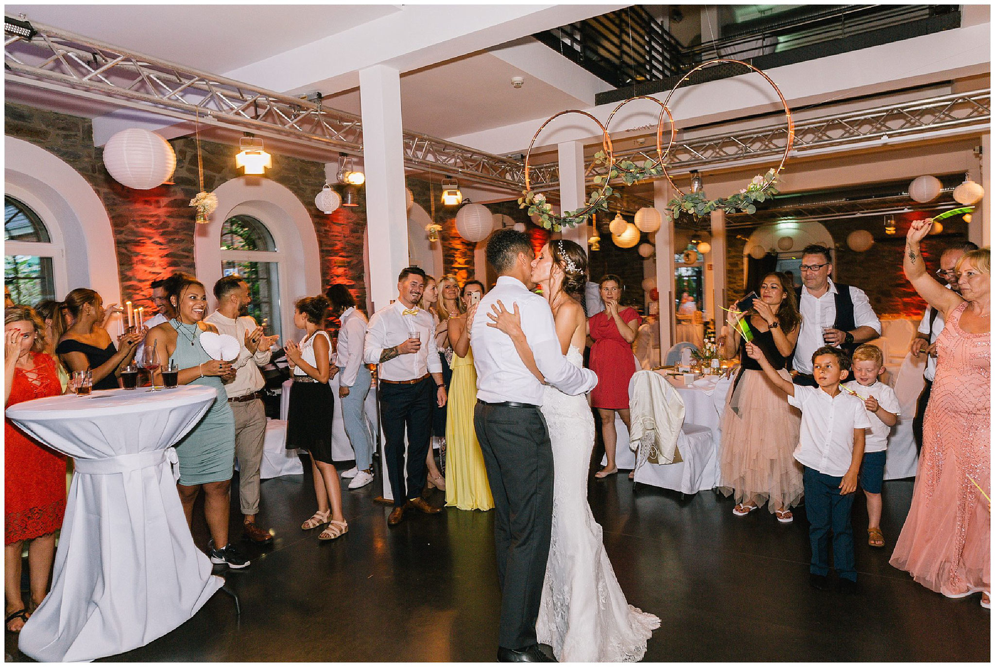 Hochzeitstanz hochzeitsfotograf Engelskirchen industrial chic hochzeit fine art wedding Galerie Hammerwerk jane weber
