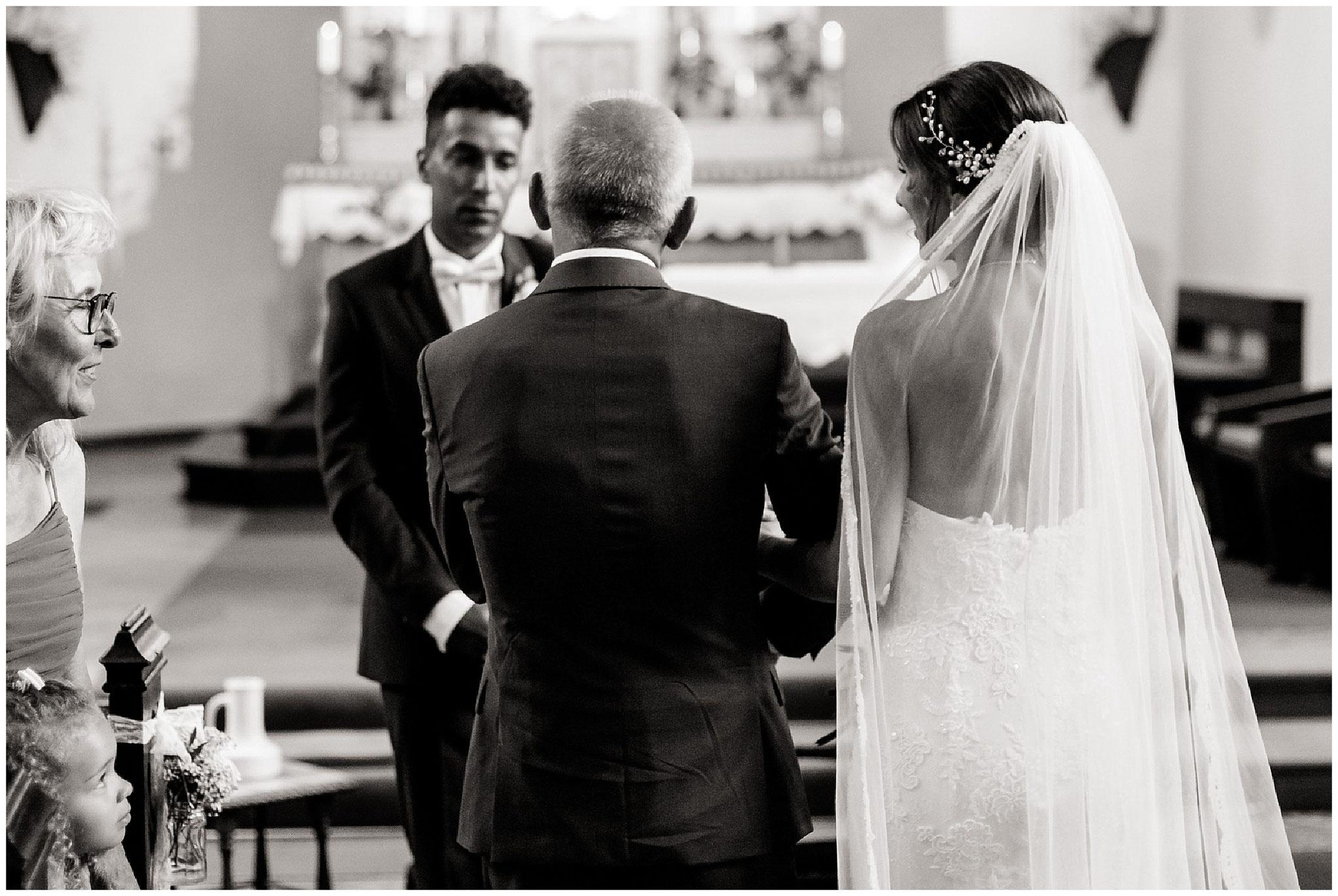 Brautvater übergibt braut ihrem zukünftigen Ehemann hochzeitsfotograf Engelskirchen industrial chic hochzeit fine art wedding Galerie Hammerwerk jane weber