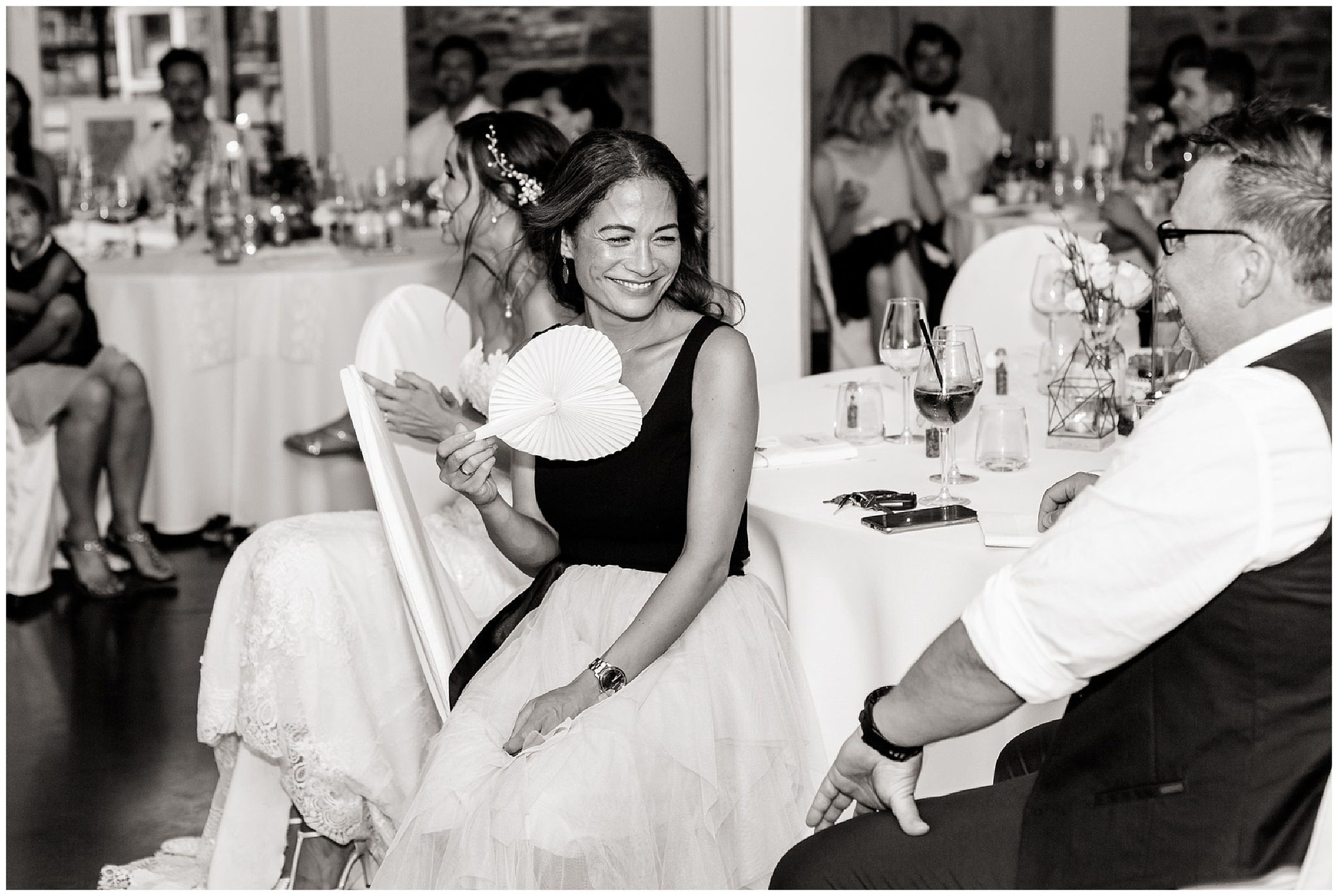 gäste bei der hochzeit am Abend hochzeitsfotograf Engelskirchen industrial chic hochzeit fine art wedding Galerie Hammerwerk jane weber