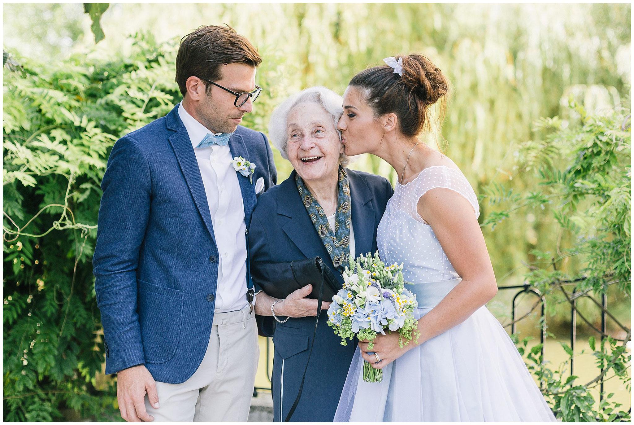 Schloss Gartrop Hochzeit Schlosshochzeit Hochzeitsfotograf Jane Weber Gruppenbild mit Oma