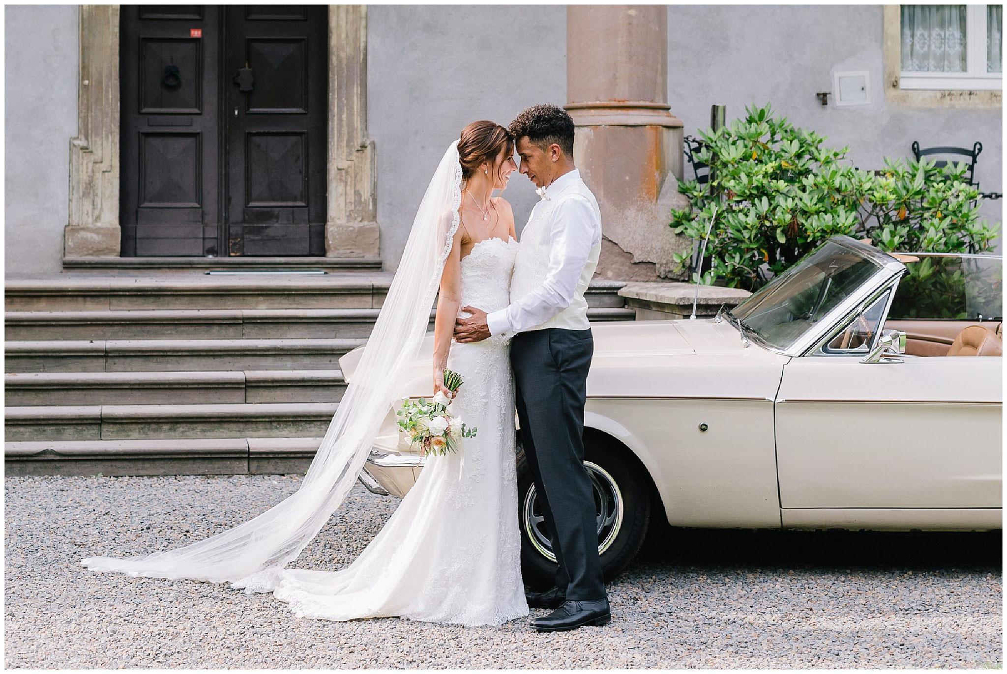 Brautpaar mit Oldtimer Stirn an Stirn hochzeitsfotograf Engelskirchen industrial chic hochzeit fine art wedding Galerie Hammerwerk jane weber
