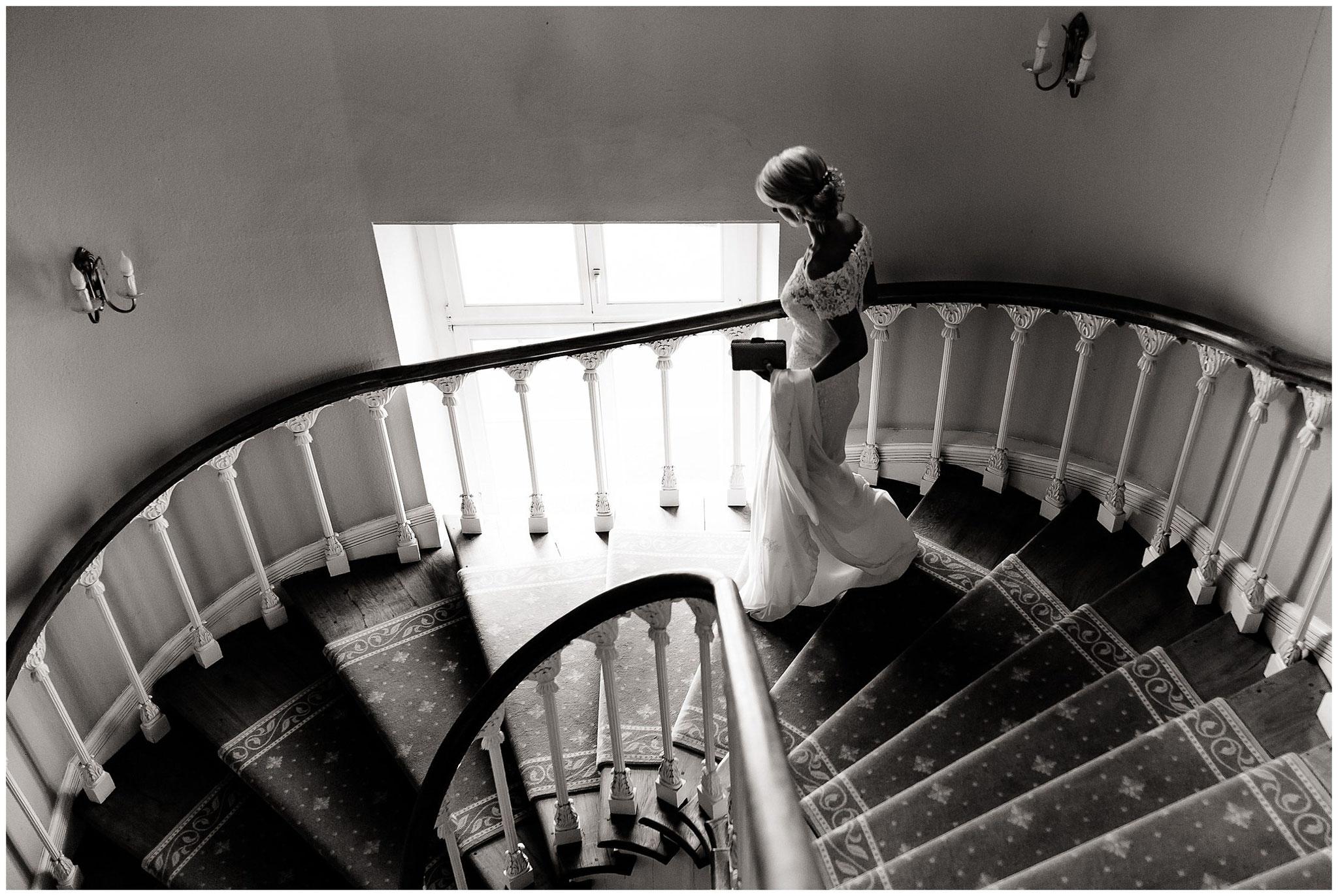 schloss herten schlosshochzeit hochzeitsfotograf jane weber braut läuft die Treppe runter zur Hochzeit
