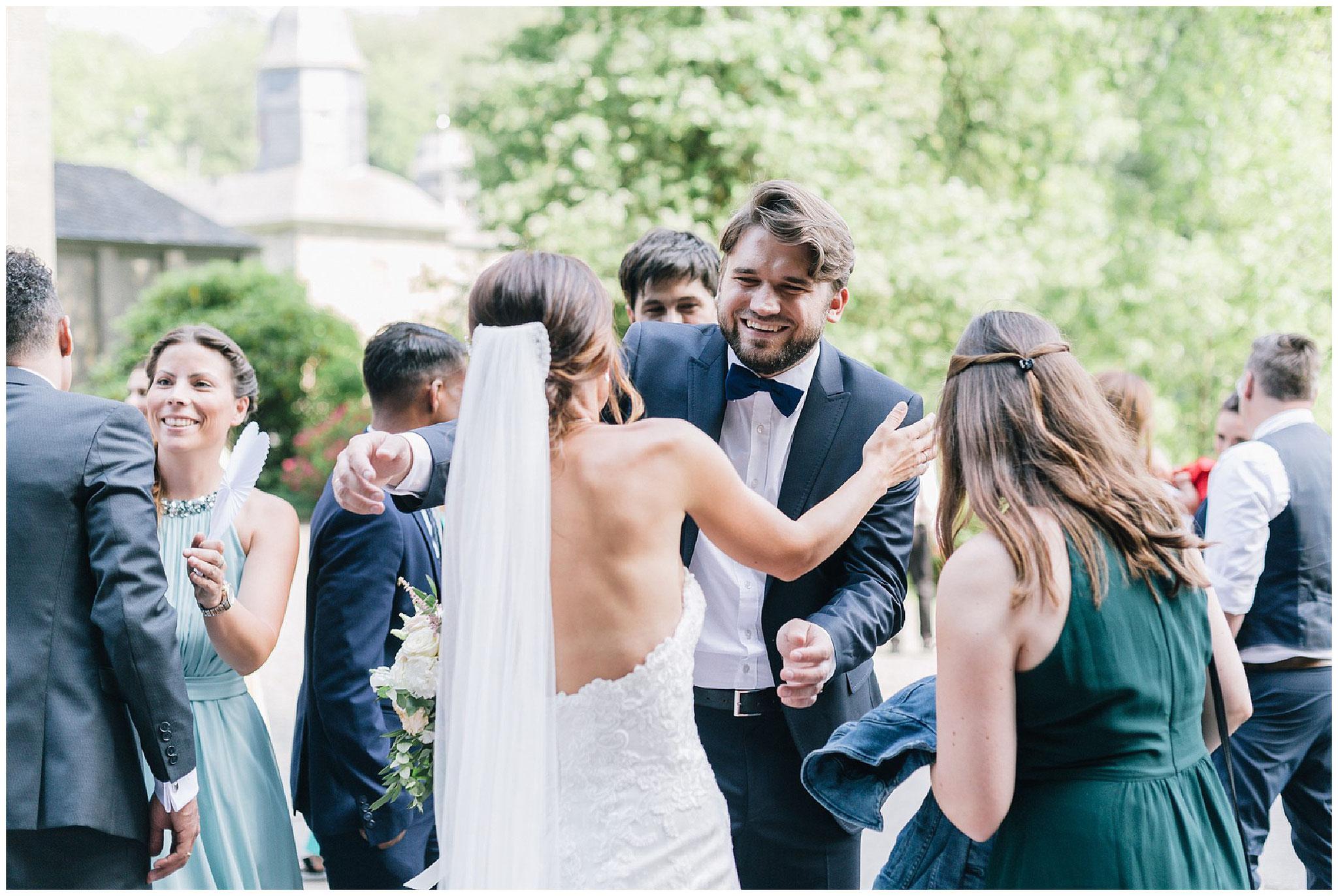 gäste gratulieren dem Brautpaar hochzeitsfotograf Engelskirchen industrial chic hochzeit fine art wedding Galerie Hammerwerk jane weber