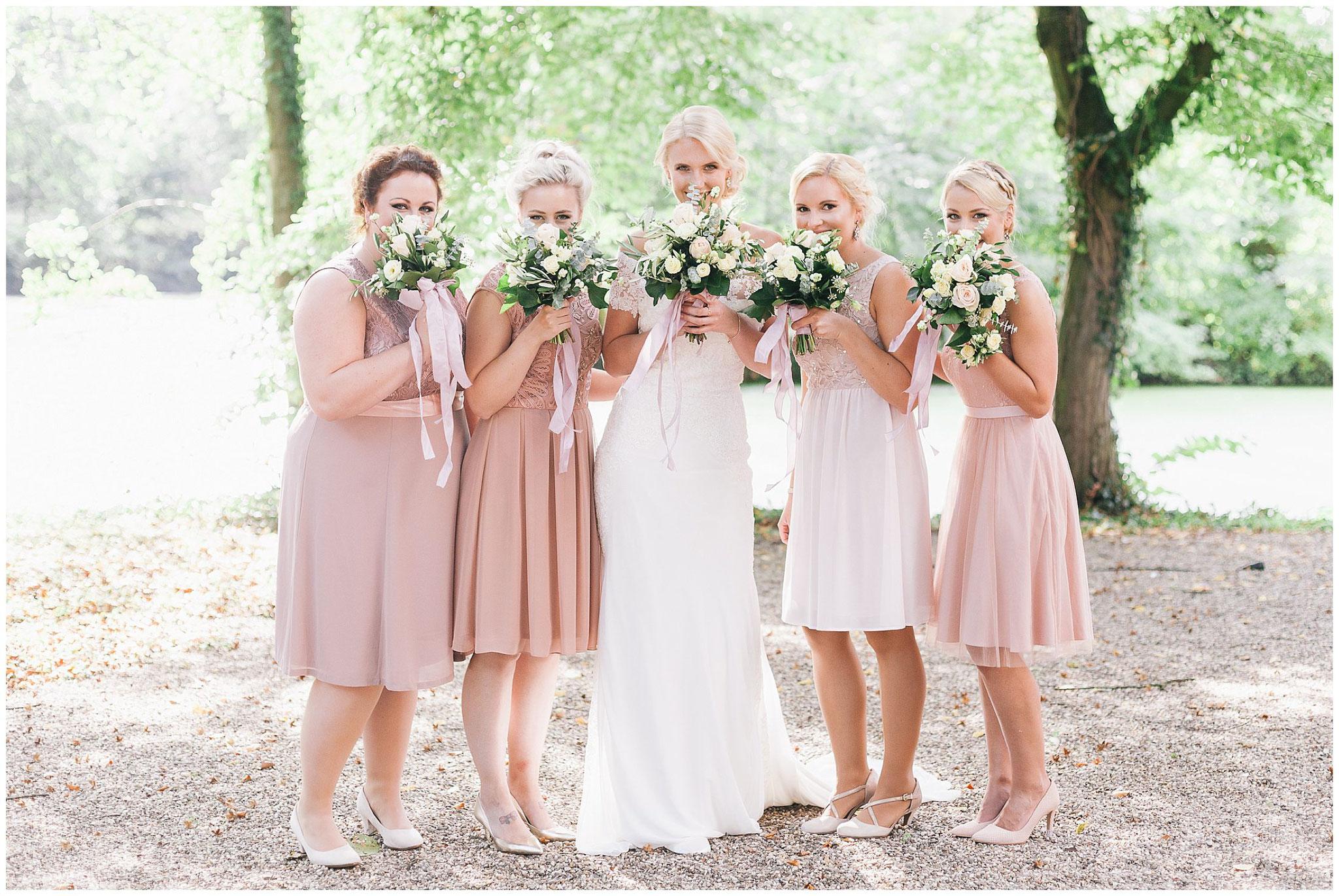 Hochzeitsfotograf Ruhrgebiet Jane Weber Schloss Lüttingshof Braut mit Brautjungfern