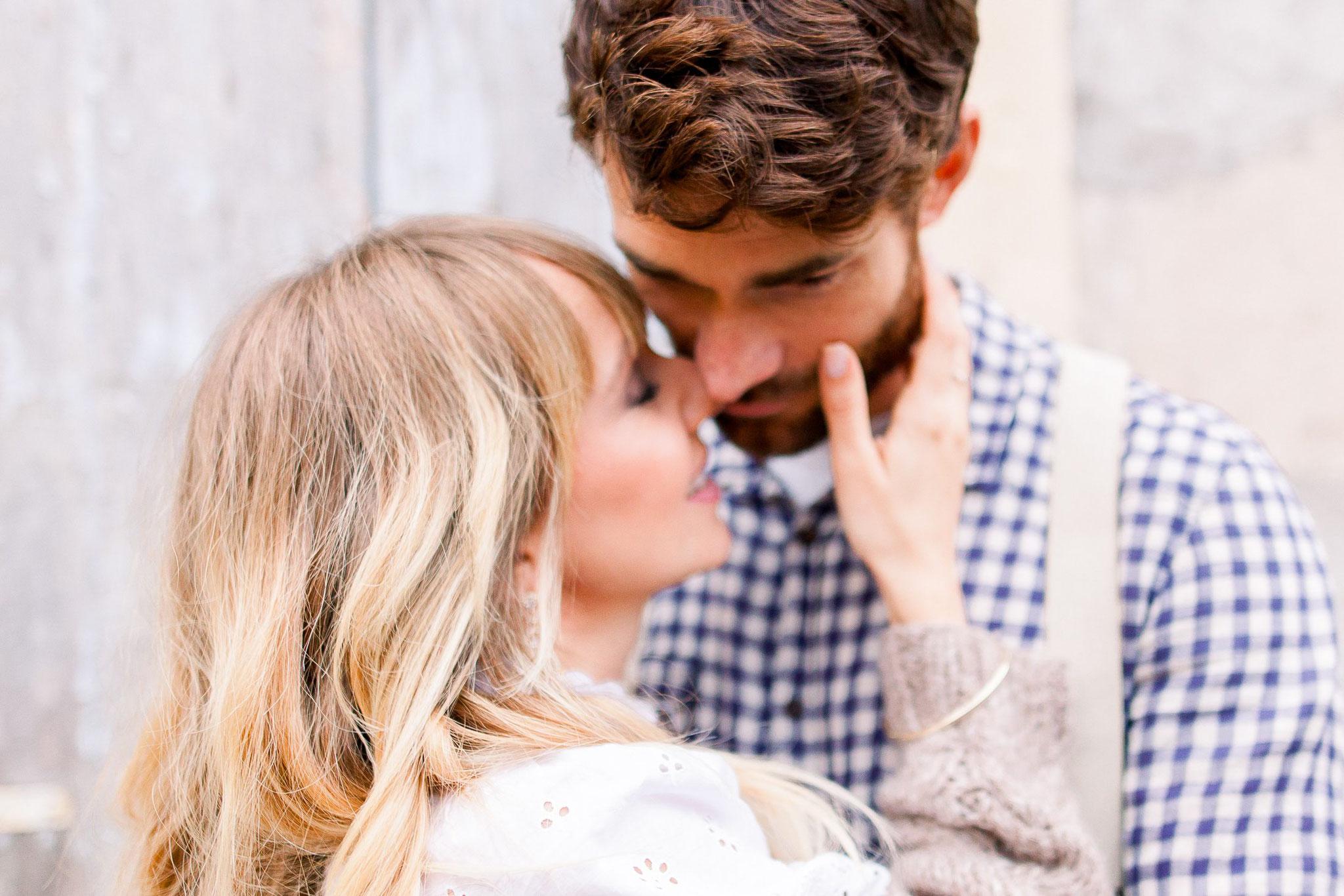 verlobungsshooting in Italien hochzeitsfotograf Jane weber boho chic holzfällerhemd kariertes Hemd Bräutigam verlobter