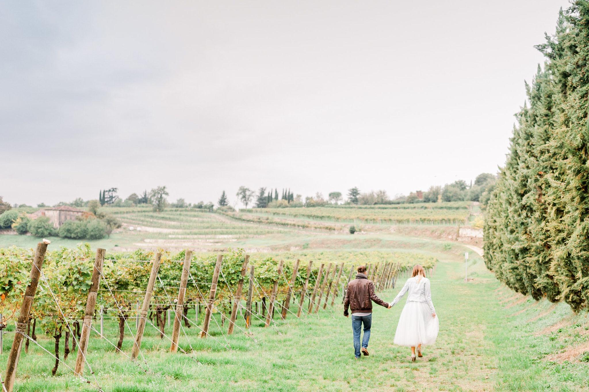 verlobungsshooting in den Weinbergen Toskana