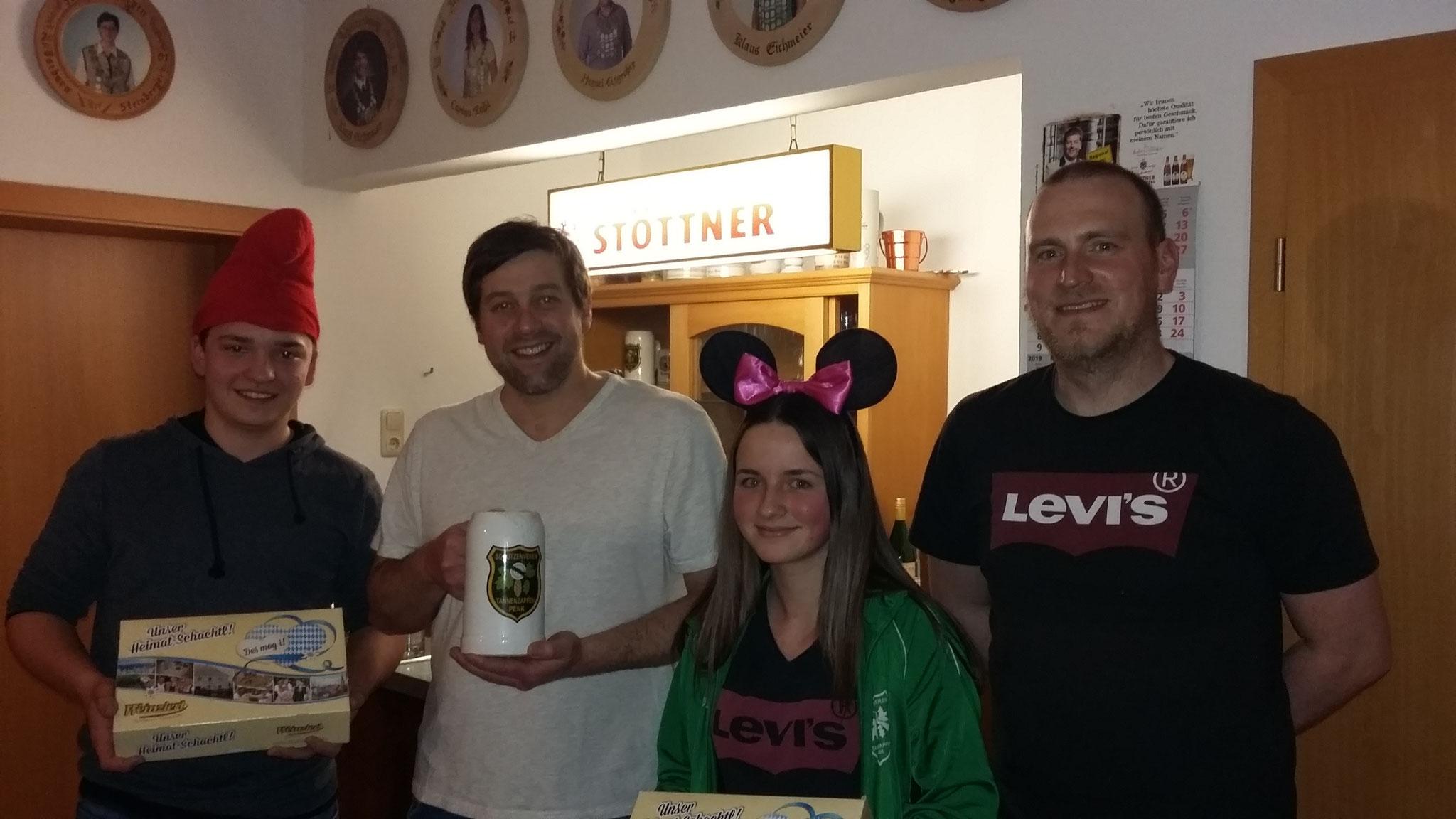 Die drei Gewinner v. l.: Max Hauner, Wolfgang Zeller und Anna Mittermeier mit Vorstand Michael Hopfensperger