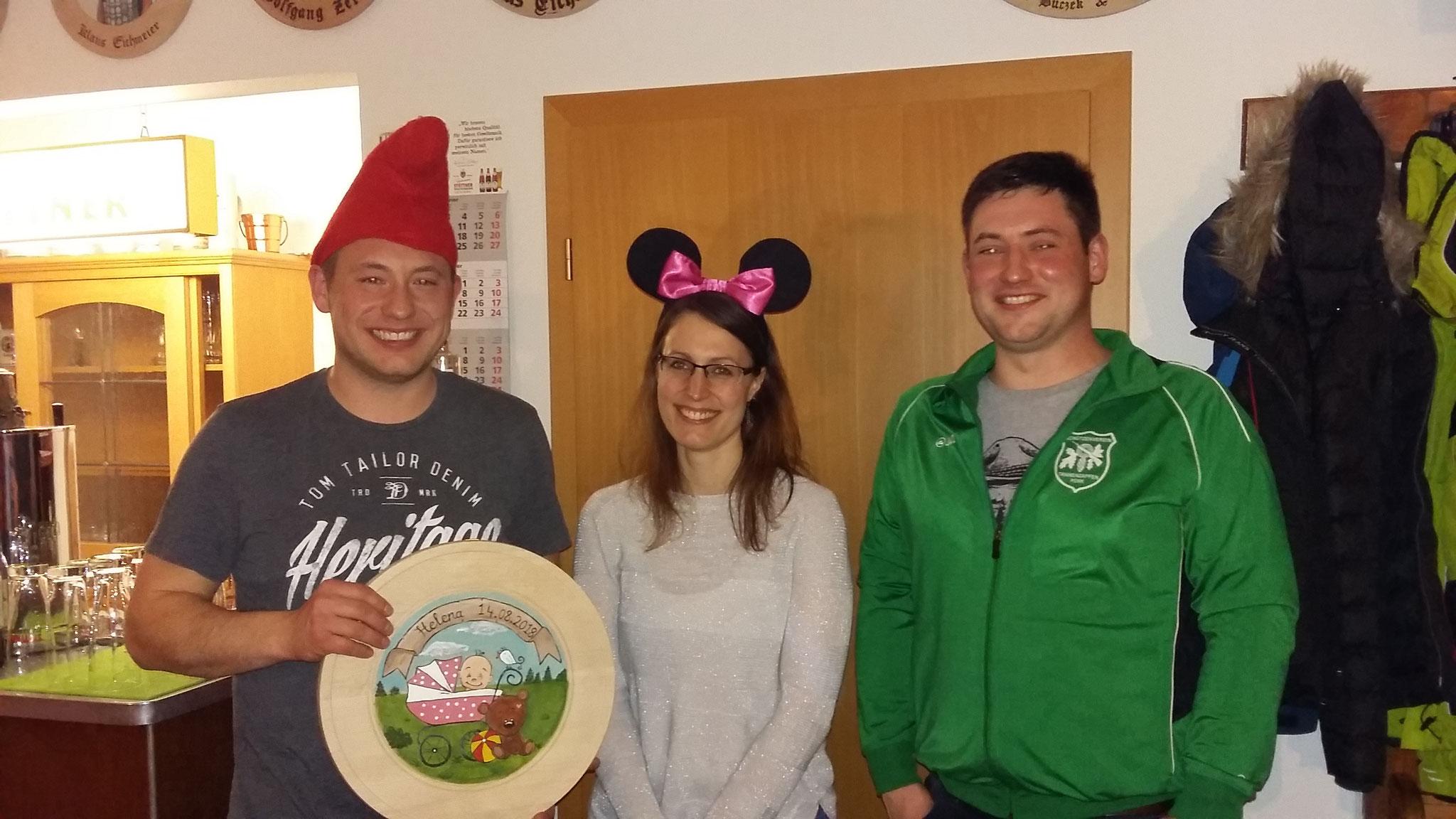 Gewinner der Kindstaufscheibe v.l.: Manuel Ramsauer mit der Zweitplatzierten Stephanie Amann sowie dem glücklichen Vater Stefan Ramsauer