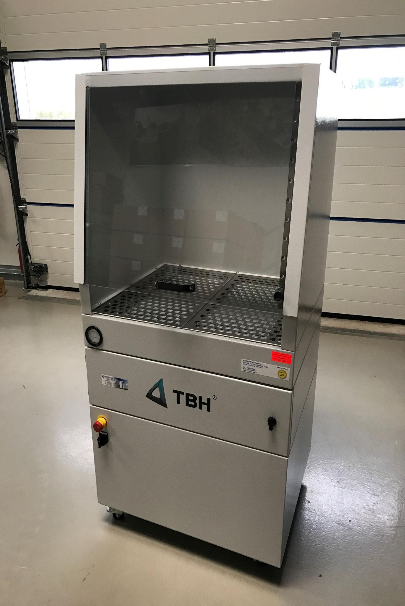 Laborabsaugkabinett mit integrierter Filtration und Aktivkohle-Filterstufe