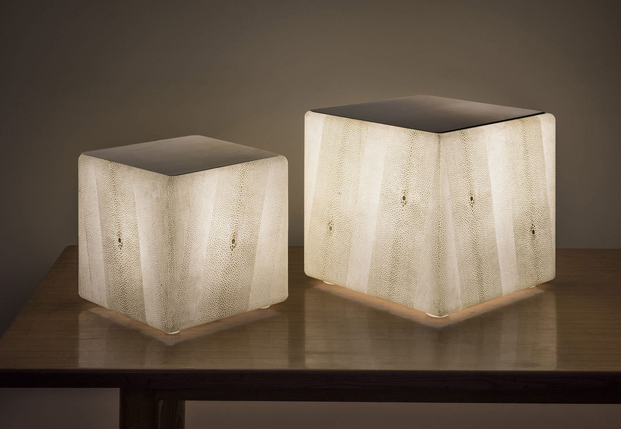Dimension 20 x 20 x 20 et 25 x 25 x 25 cm with golden brass tray