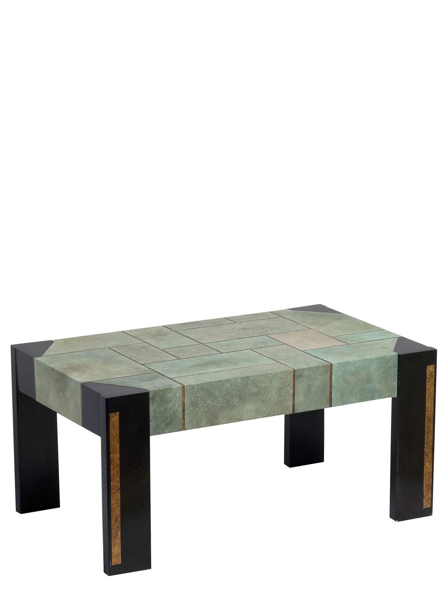 Table basse gainée d'empreinte de peaux de galuchat. Papier doré entre chaque peaux - Création sur mesure - 36 x 80 x 48 cm