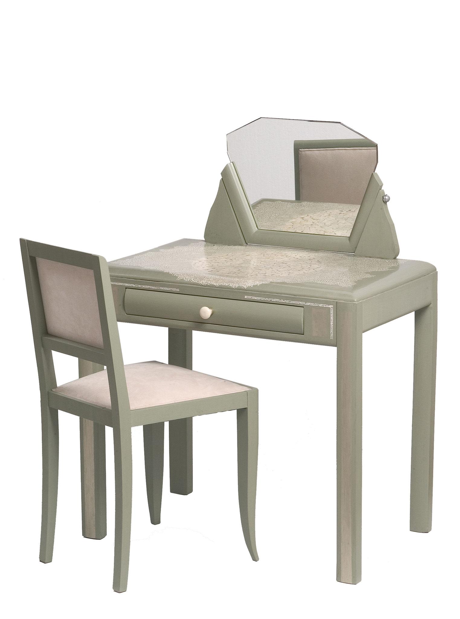 Coiffeuse laquée avec incrustation de coquilles d'œufs. Chaise tapissée en alcantara - Meuble des années 20 - 90 x 90 x 56 cm