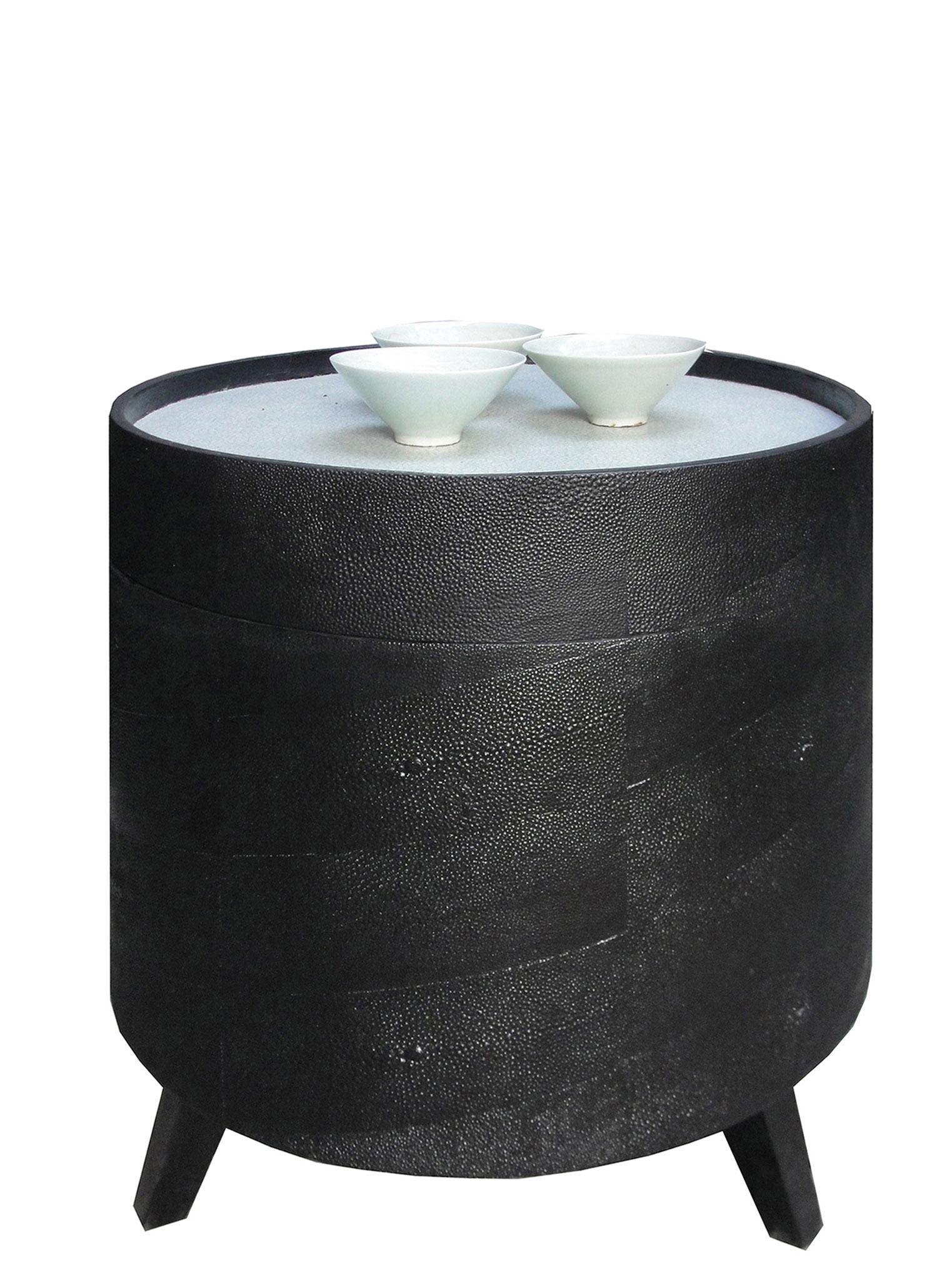 Table basse gainée d'empreintes de peaux de galuchat, plateau laqué avec incrustation de coquilles d'œufs - Boîte à chapeau de Chine - 38 x 41 cm