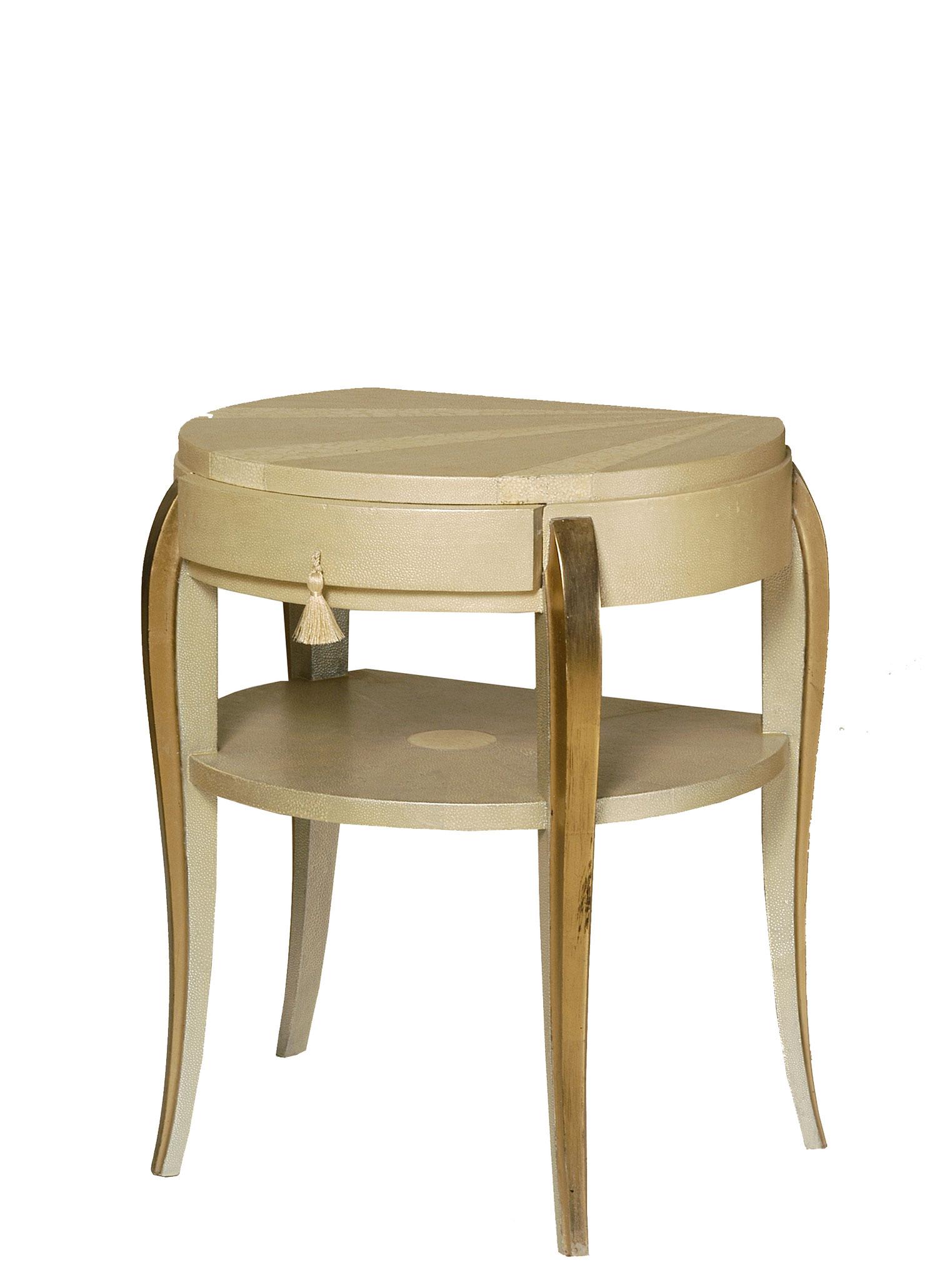 Table de chevet gainée d'empreinte de peaux de galuchat, laquée avec incrustation de coquilles d'œufs, dorure à la feuille d'or - Ancien meuble années 40 - 57 x 46 x 40 cm