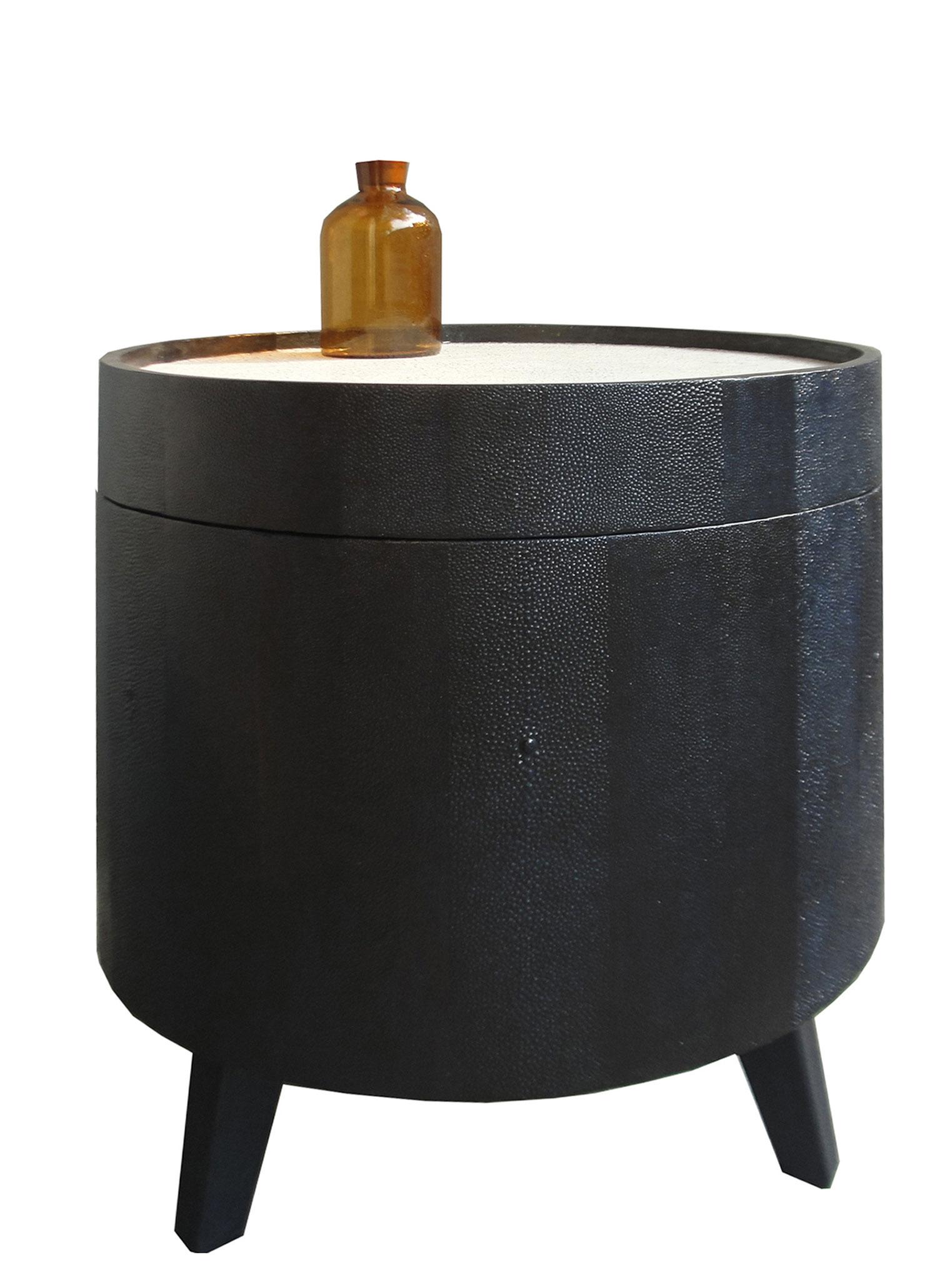 Table basse gainée d'empreintes de peaux de galuchat, plateau recouvert de feuilles d'or et coquilles d'oeufs - Ancienne boîte à chapeau de Chine - 38 x 41 cm