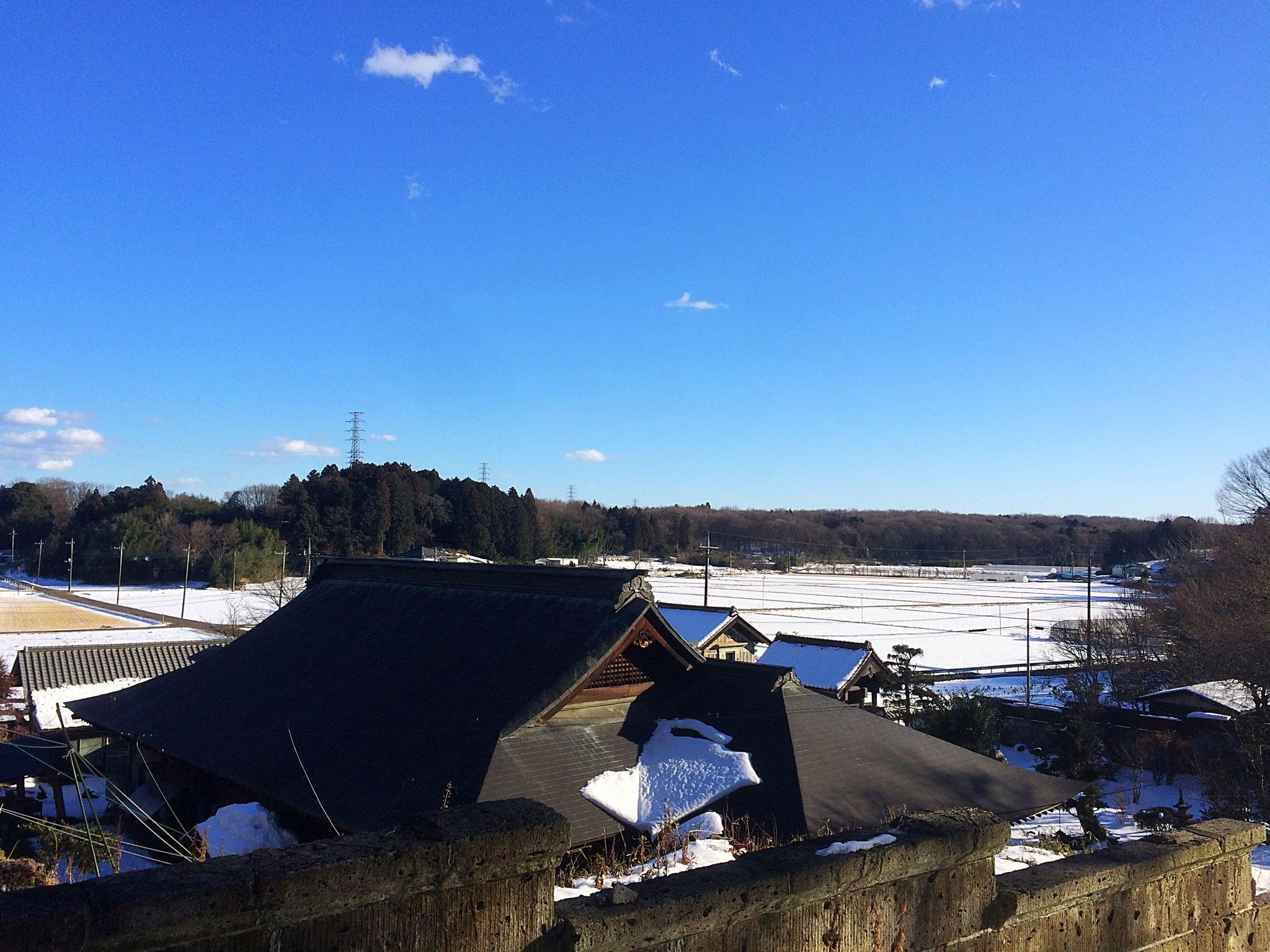 寒暖の差が大きく、冬の田畑に雪景色も広がる