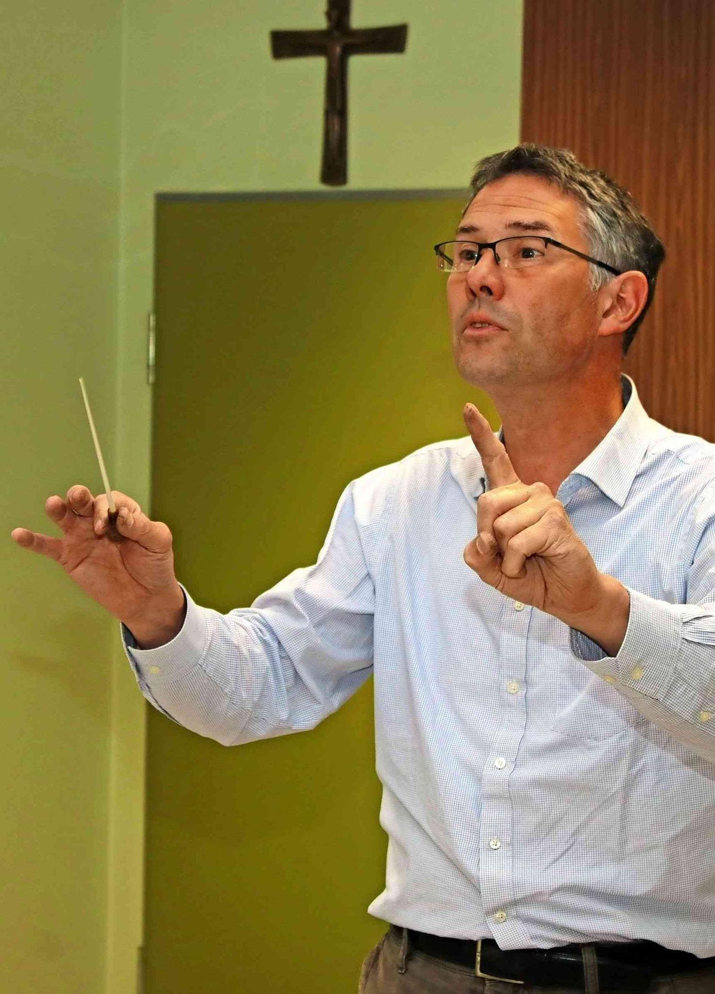 Jürgen Kullmann dirigiert. Foto: Christoph Strouvelle